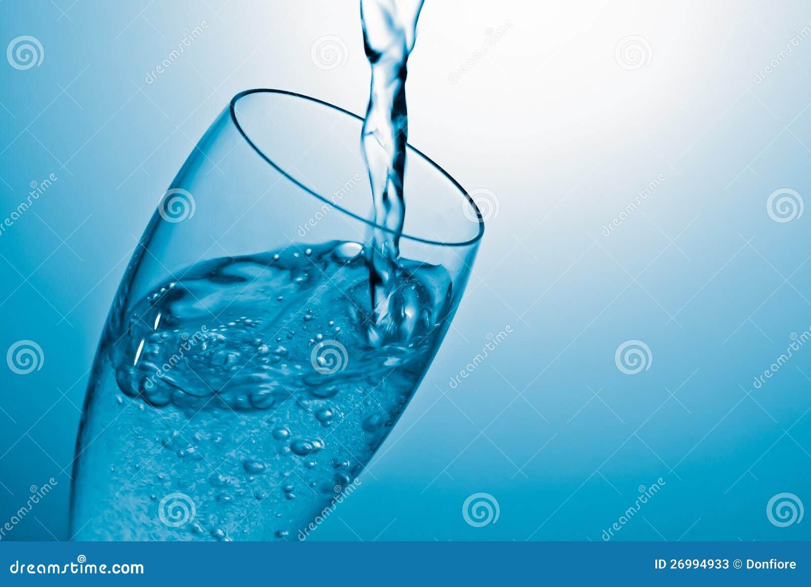 倾吐的水到玻璃里