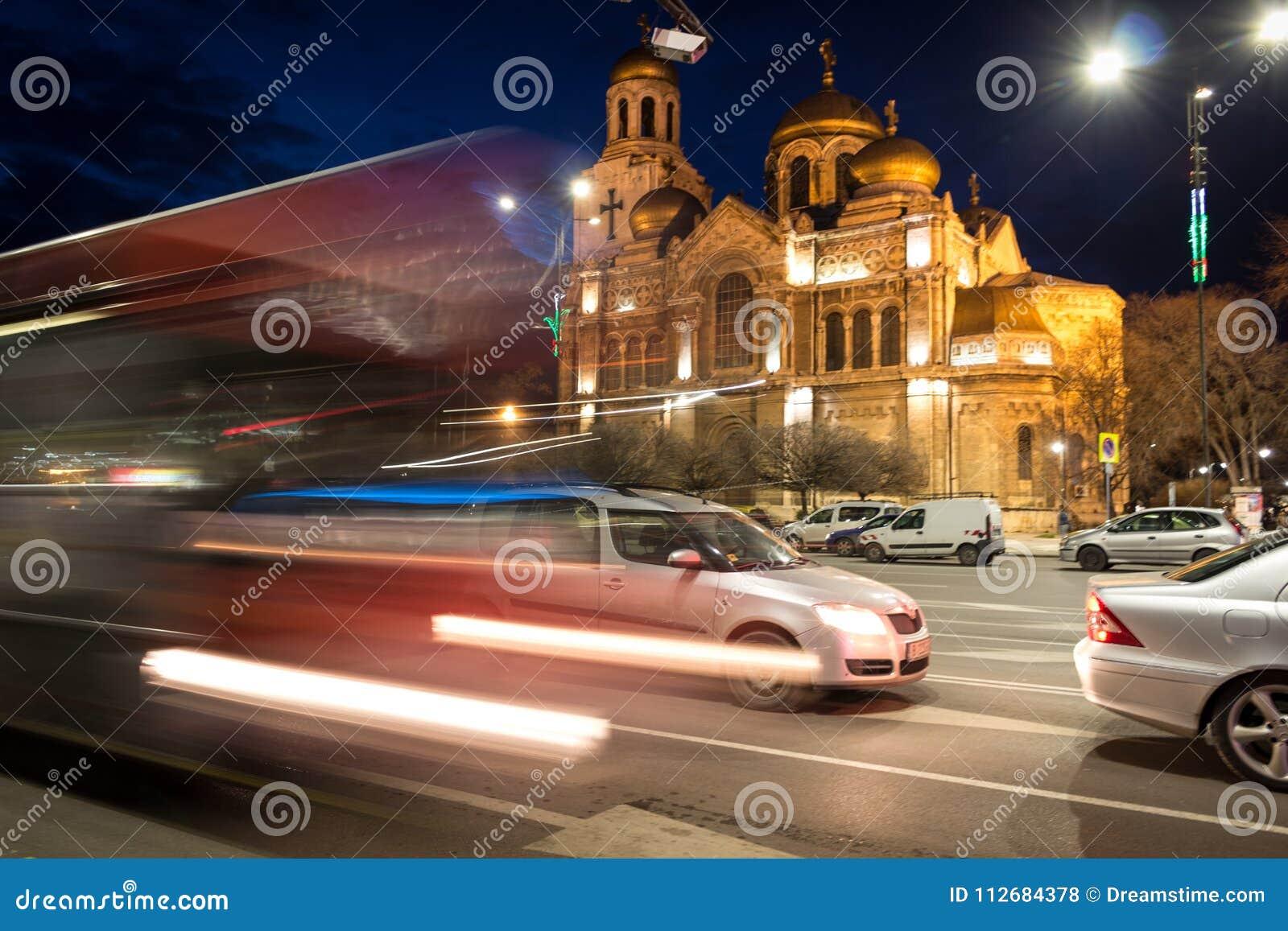 假定的大教堂,瓦尔纳,保加利亚, 3月2018 8日, lluminated在夜交通