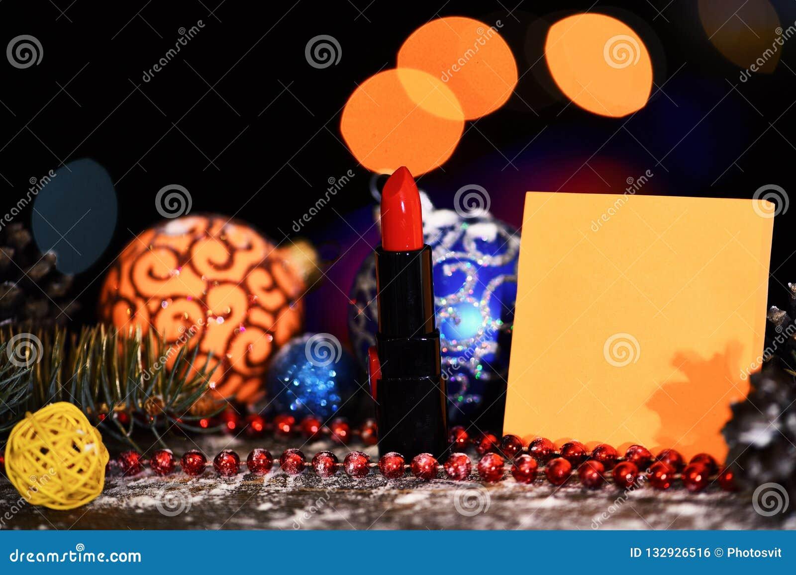 假日xmas装饰五颜六色的玩具或球与defocused bokeh光和唇膏在五颜六色的背景,拷贝spac
