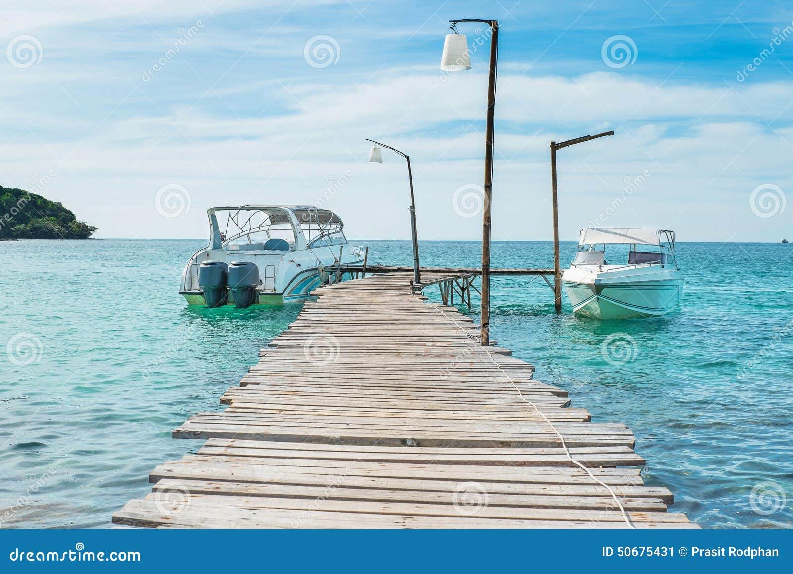 Download 假期、旅行和海概念-在蓝色海加速小船 库存图片. 图片 包括有 捕鱼, 小船, ,并且, 马达, 女演员 - 50675431