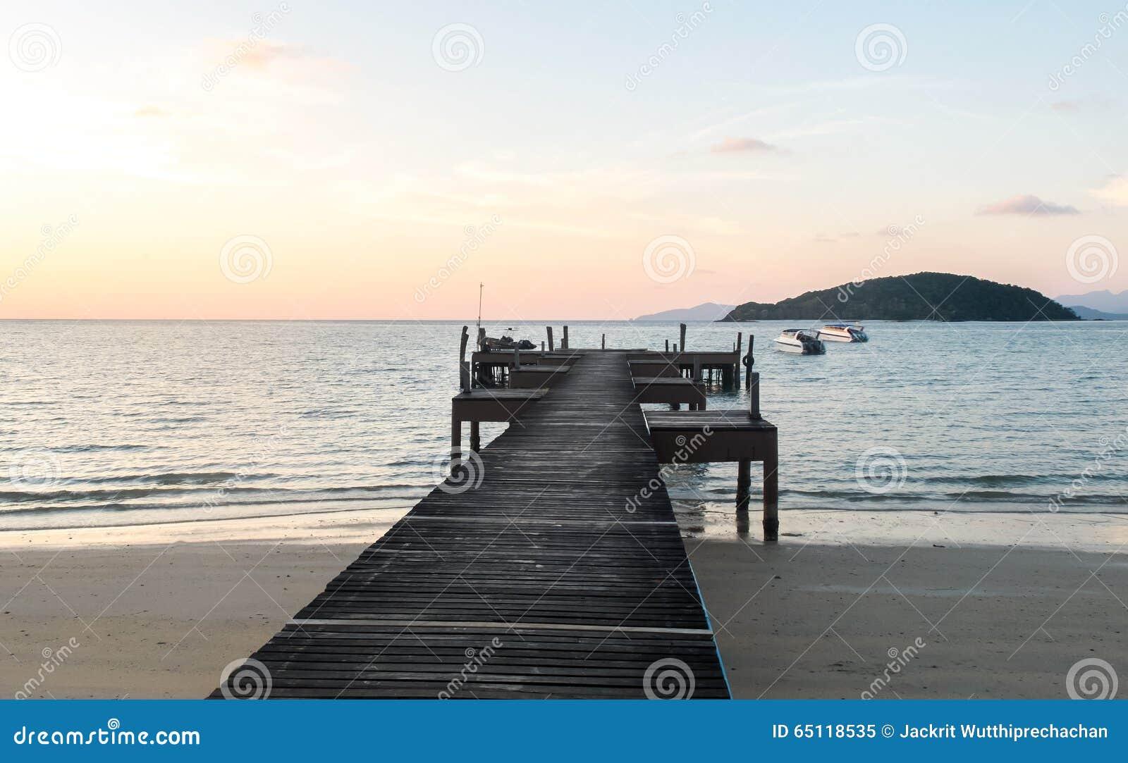 假期概念、软的焦点滤色器木道路透明的蓝色海之间和天空