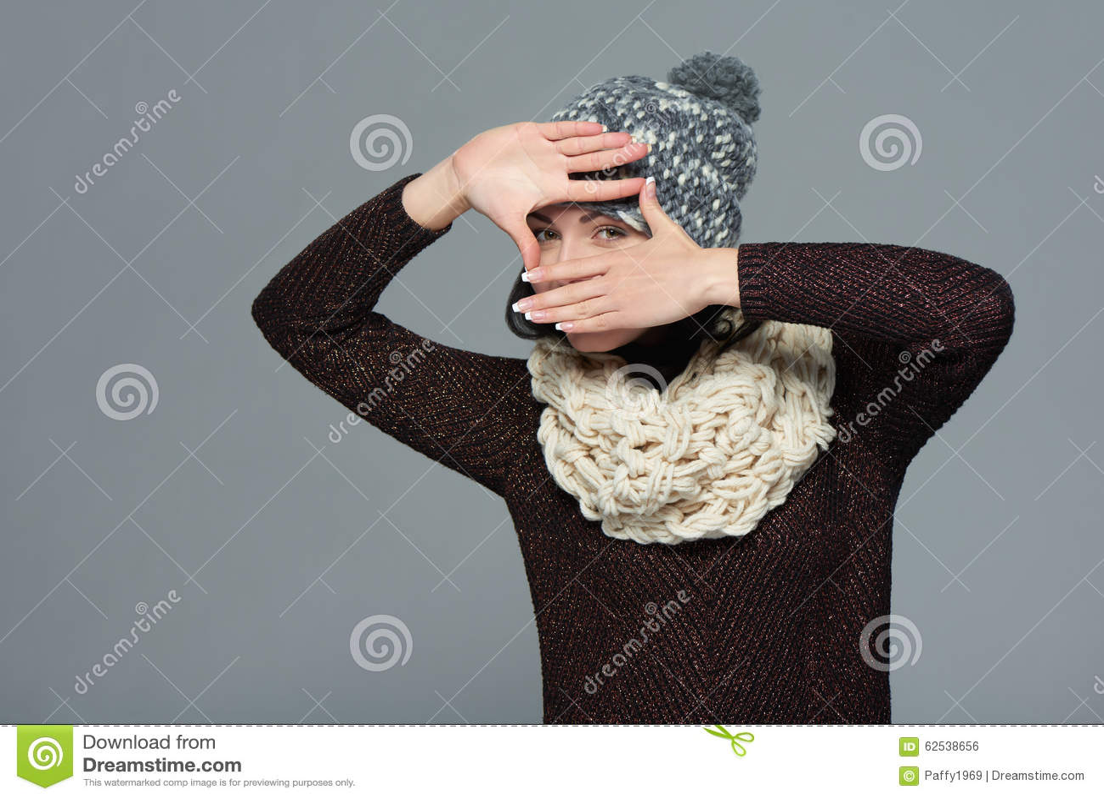 做一个框架用她的手的冬天衣物的妇女
