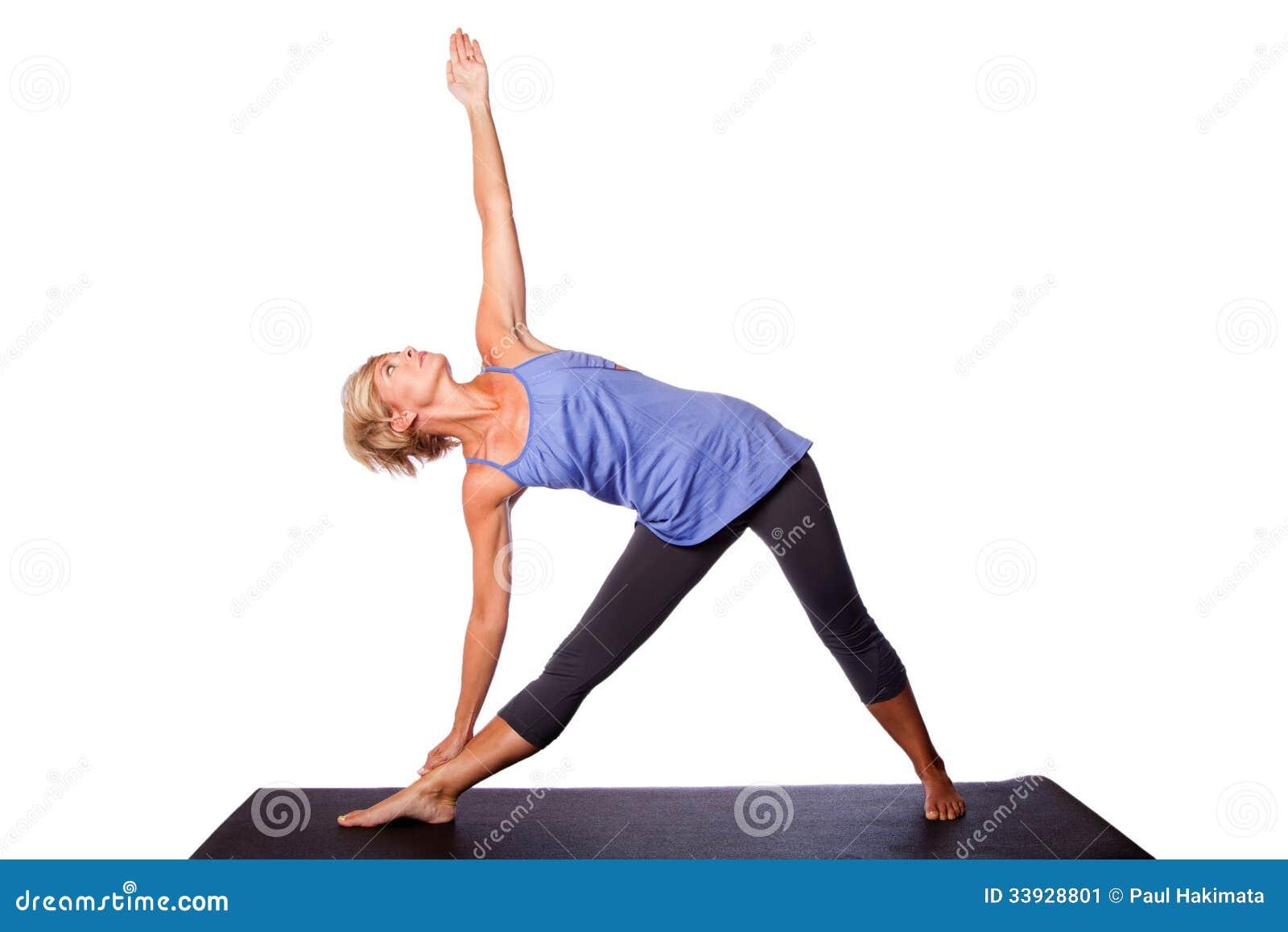 做三角瑜伽姿势的美丽的妇女
