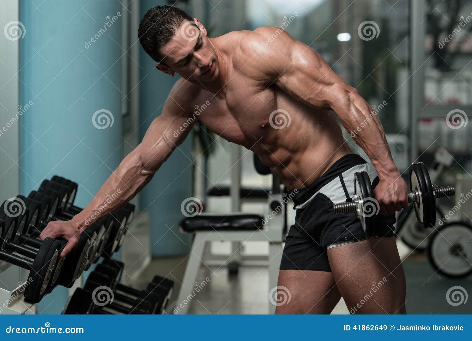 做三头肌的年轻人锻炼 库存照片 - 图片: 41862649