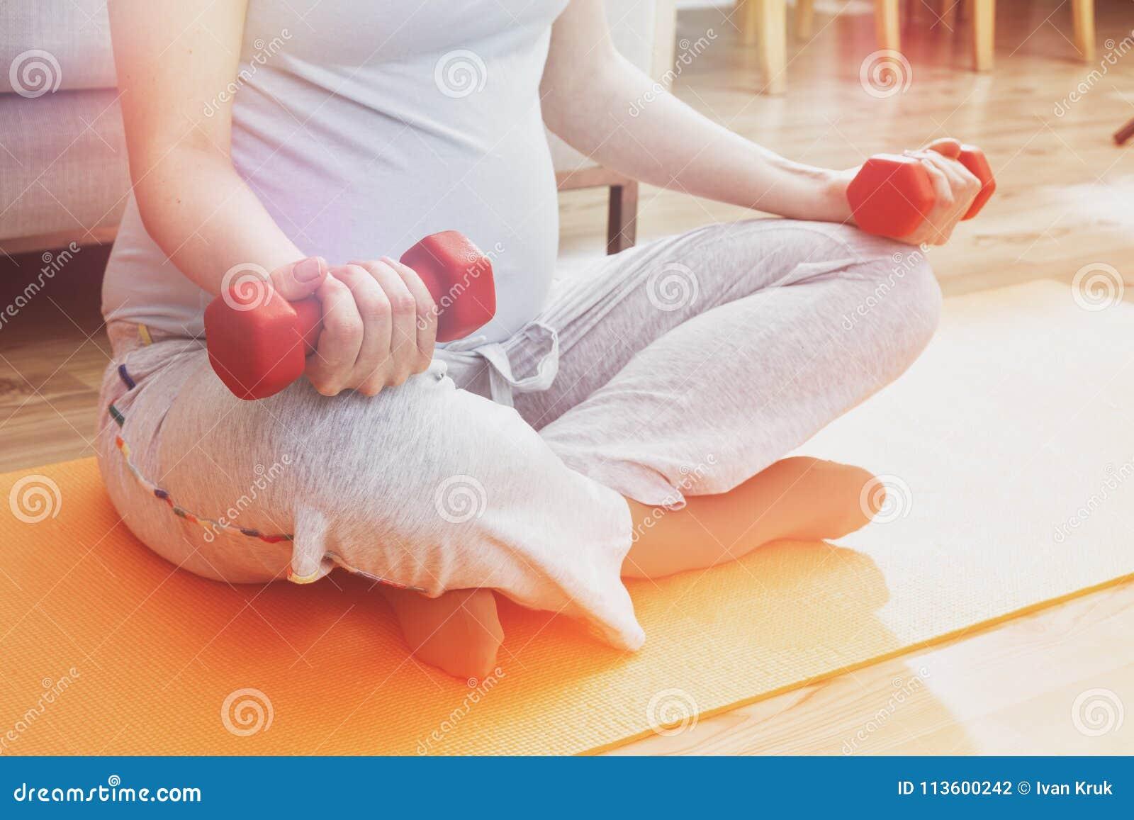 做与哑铃的孕妇锻炼