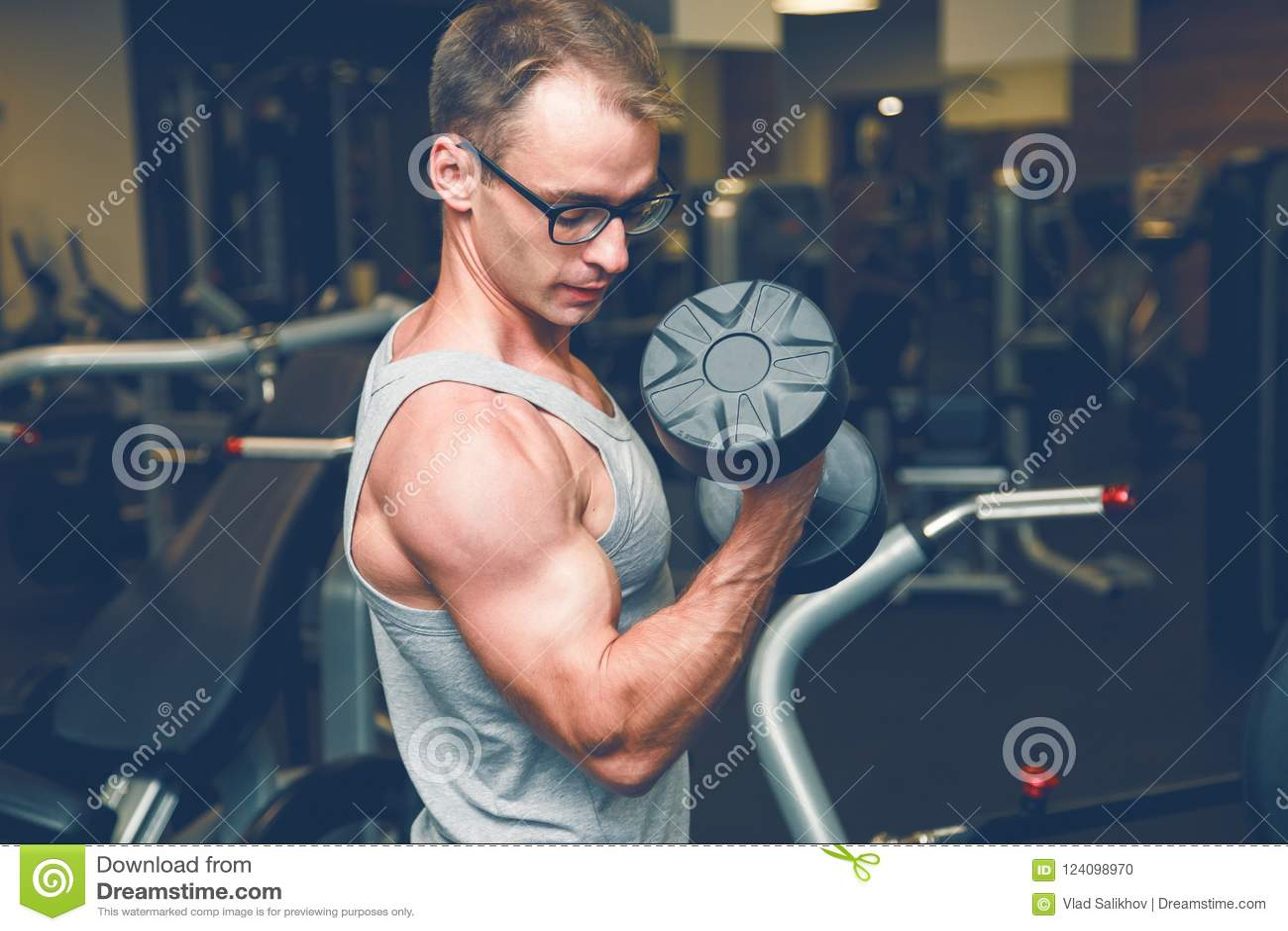 做与哑铃的肌肉爱好健美者人锻炼