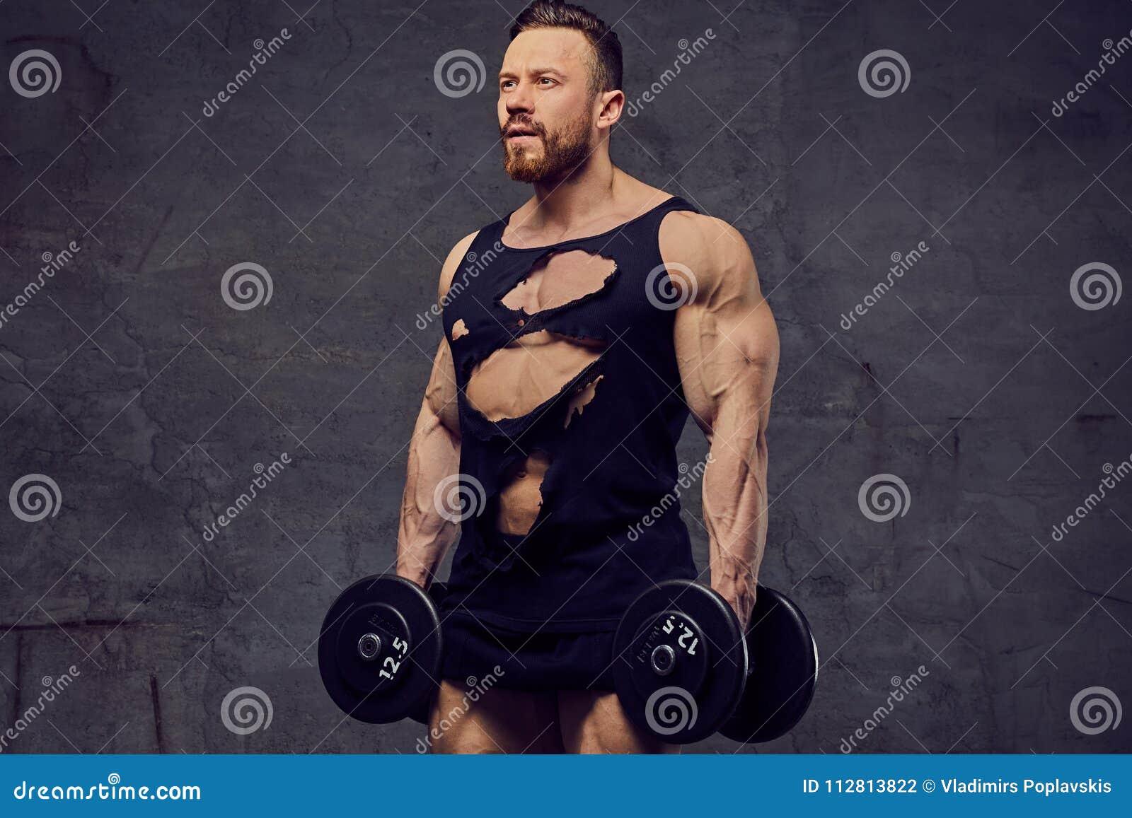 做与哑铃的肌肉,有胡子的男性二头肌锻炼