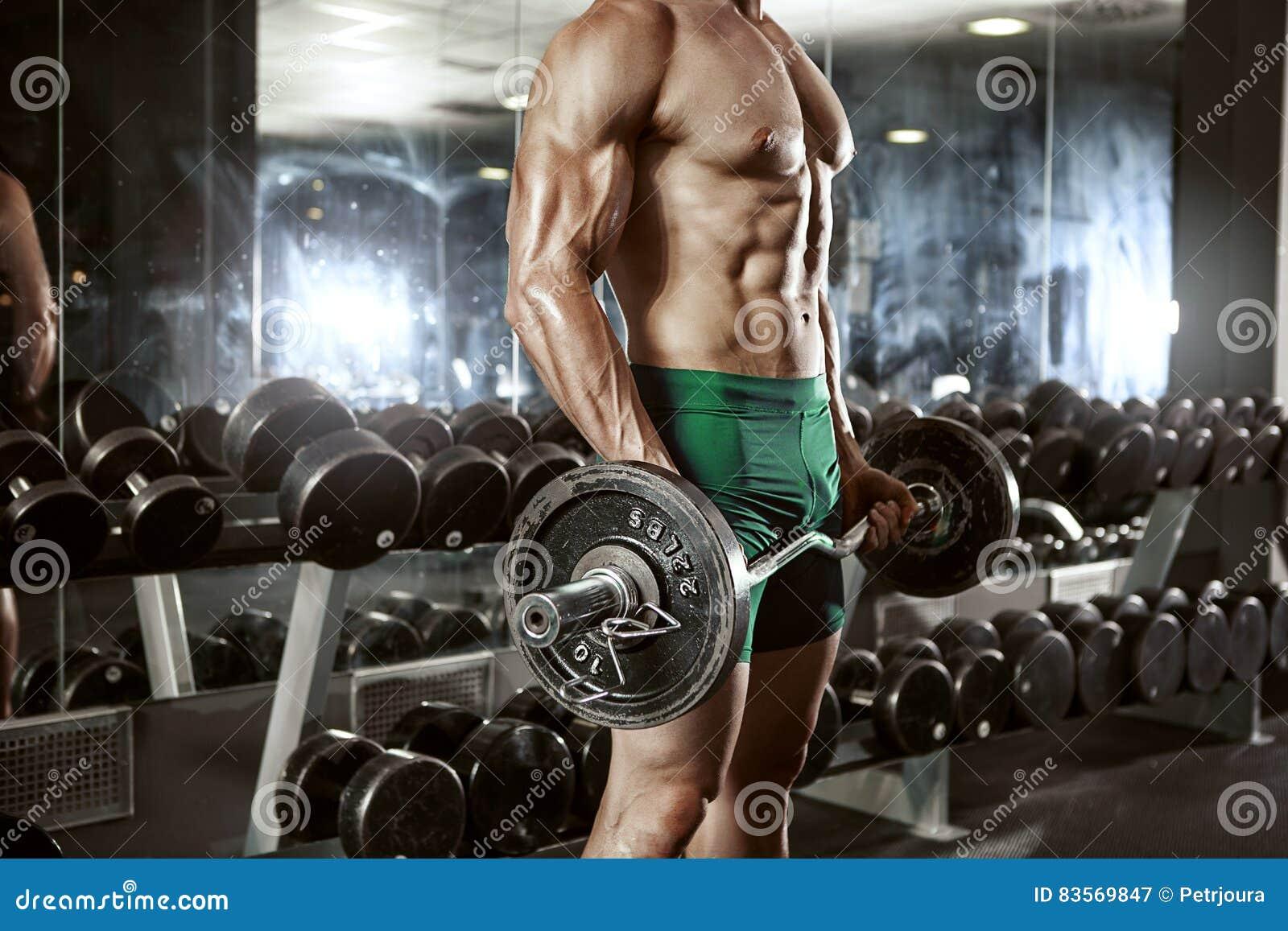 做与大哑铃的肌肉爱好健美者人锻炼