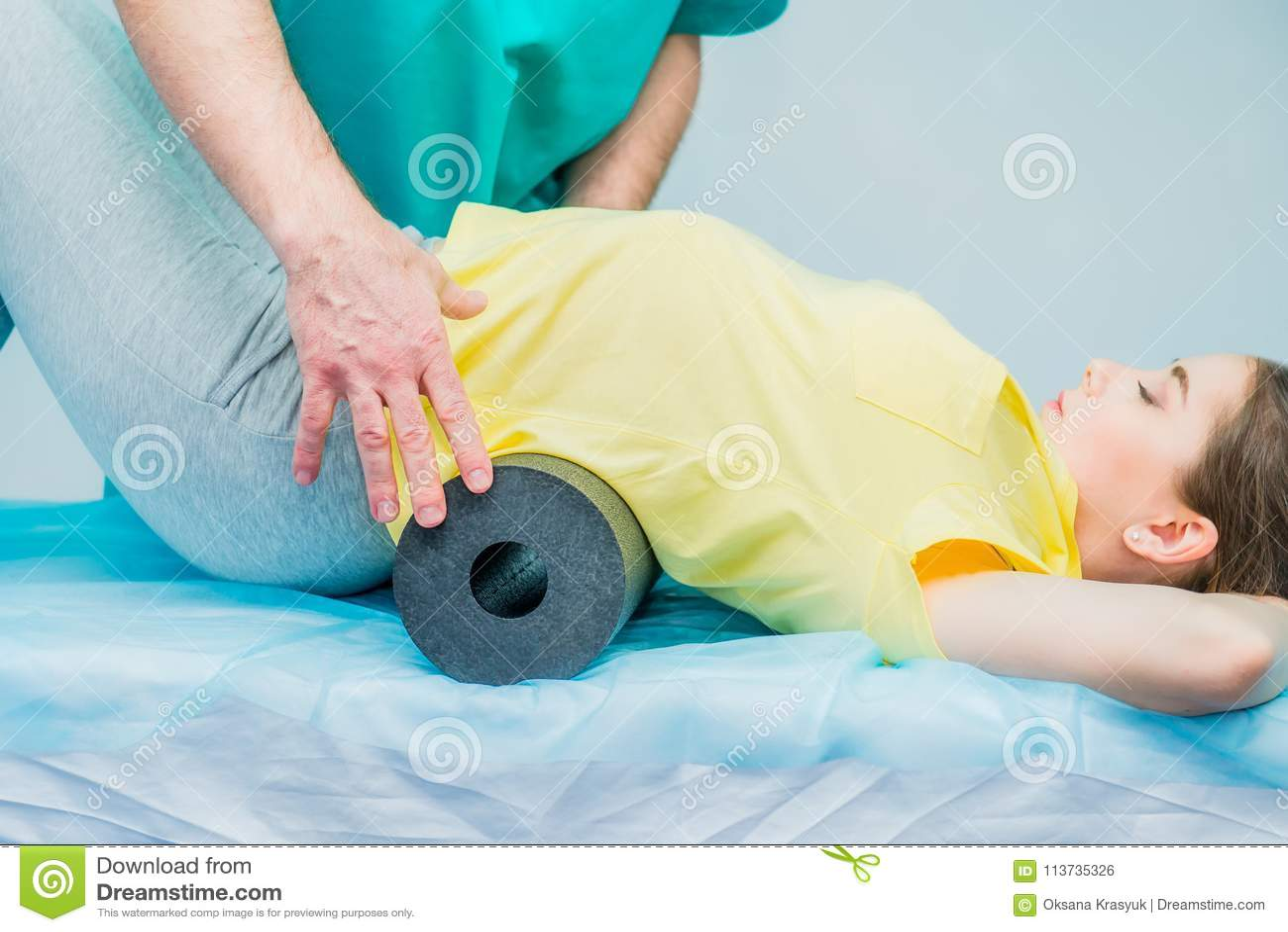 做与她的治疗师的物理疗法的妇女体育运动,他们使用按摩卷 按摩医生对待耐心`