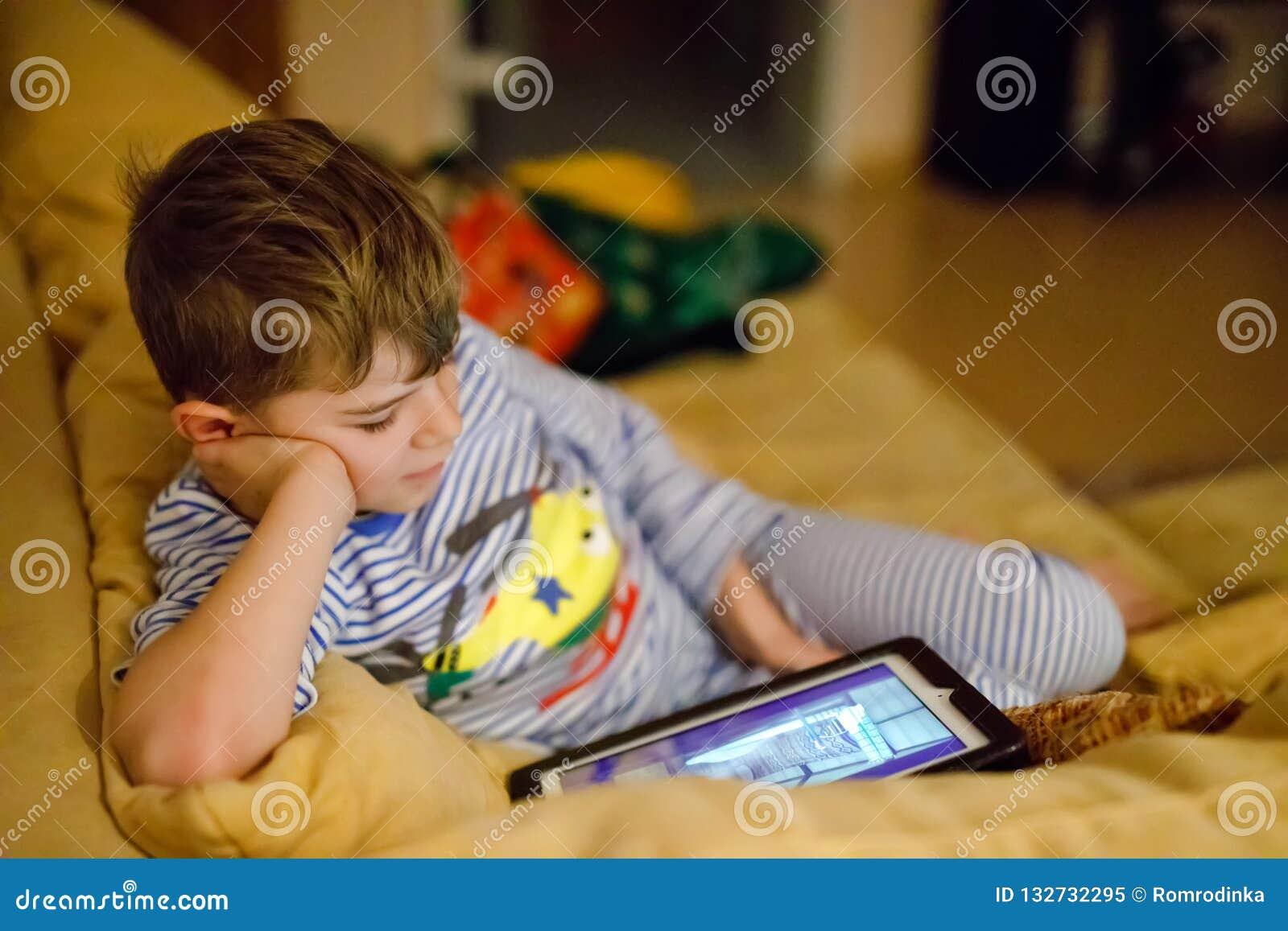 做与片剂的一点学校孩子男孩家庭作业 学童读书和学会与计算机,搜寻为