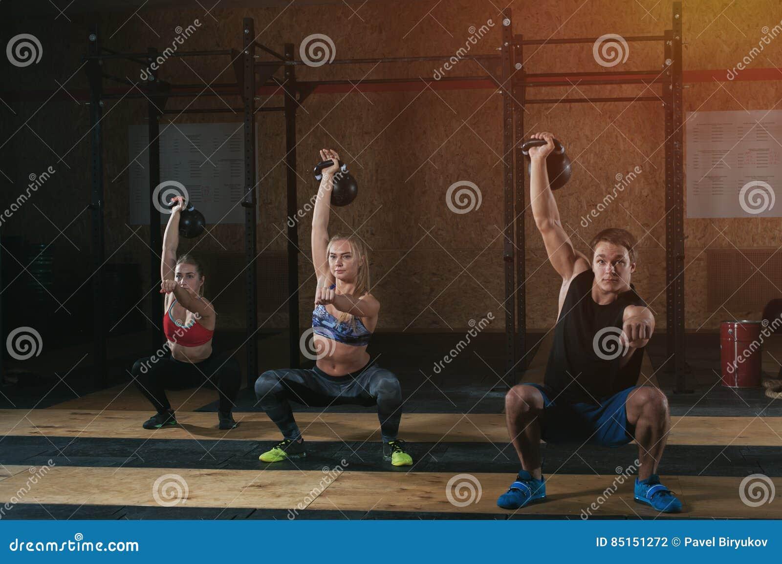 做与水壶响铃的三个成人蹲坐