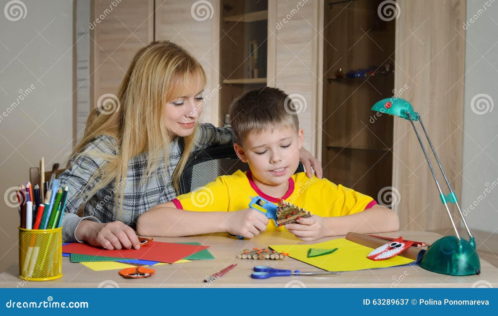 做与他的母亲的男孩圣诞节装饰 做圣诞节装饰用您自己的手
