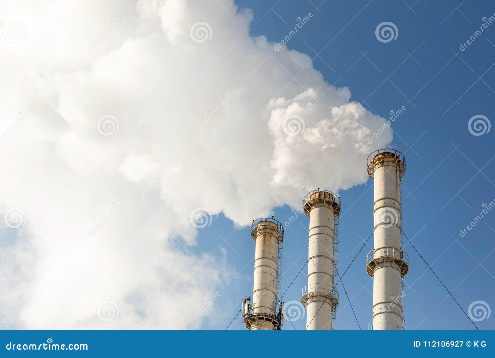 做云彩的烟斗反对蓝天背景 二氧化物空气污秽 危机生态学环境照片污染