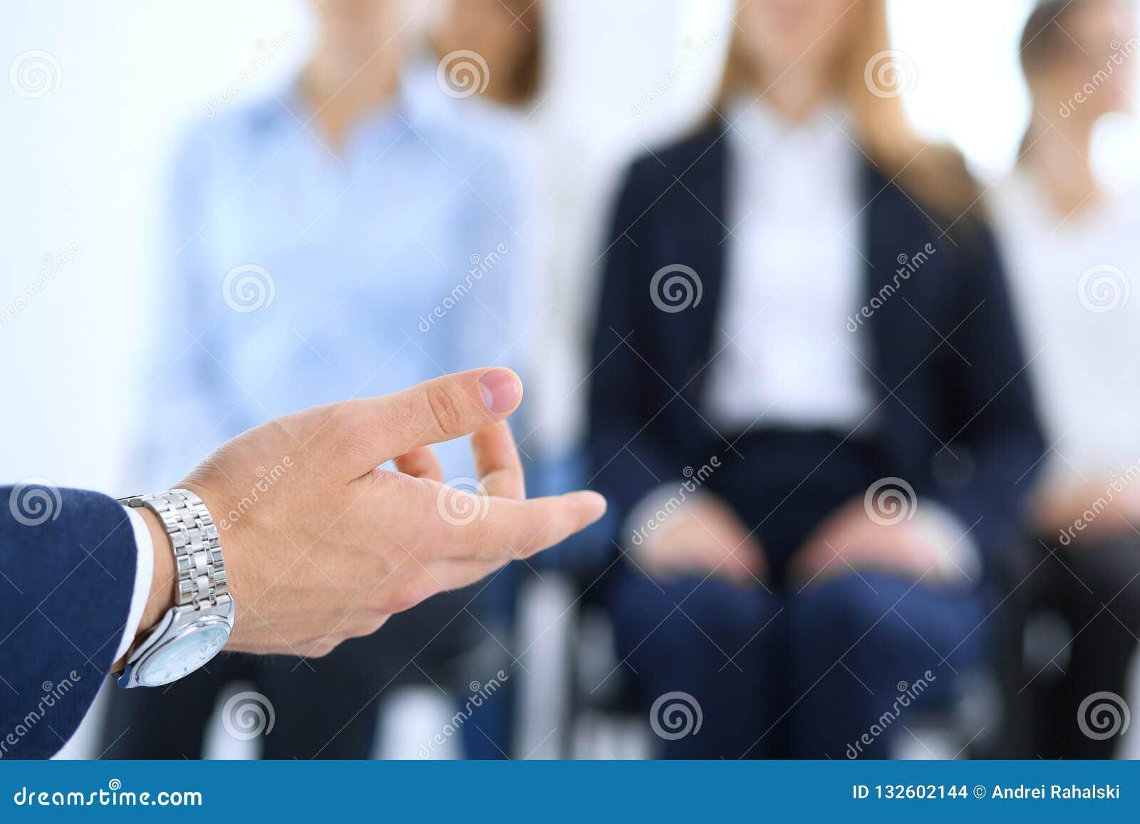 做介绍人的商人 提供研讨会的报告人到他的同事或企业训练