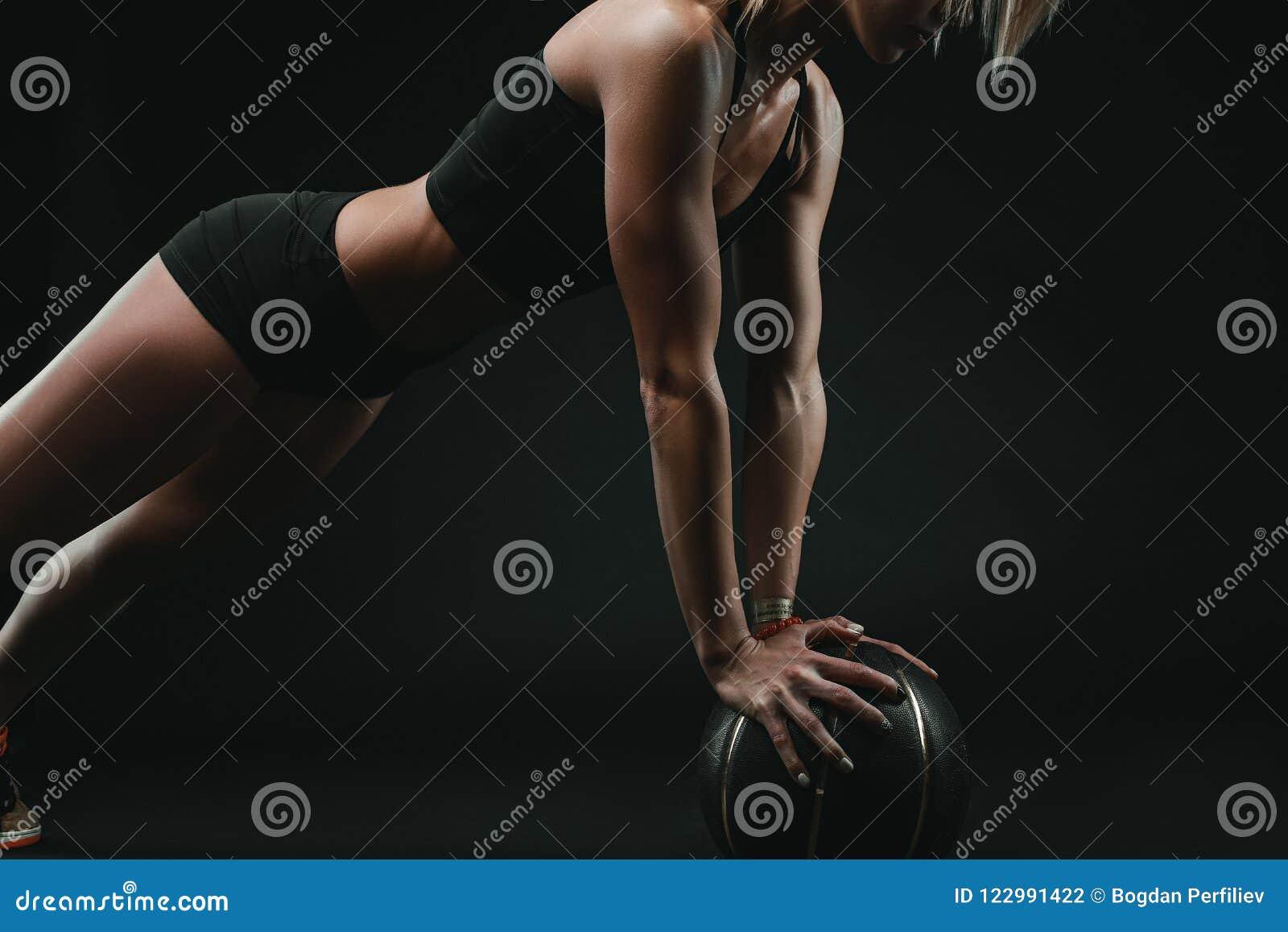 做体育的运动坚强的妇女