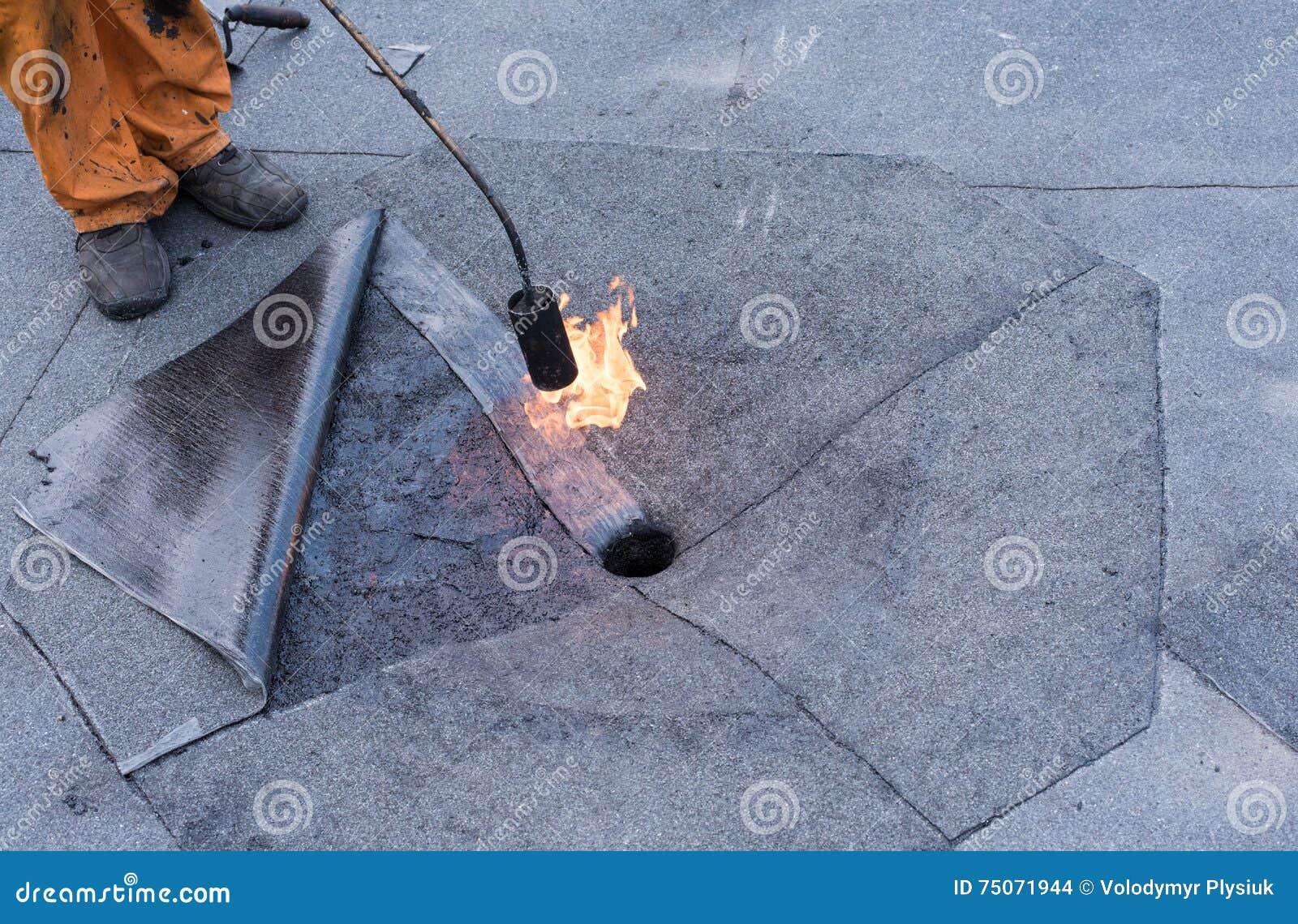 做修理屋顶流失的盖屋顶的人