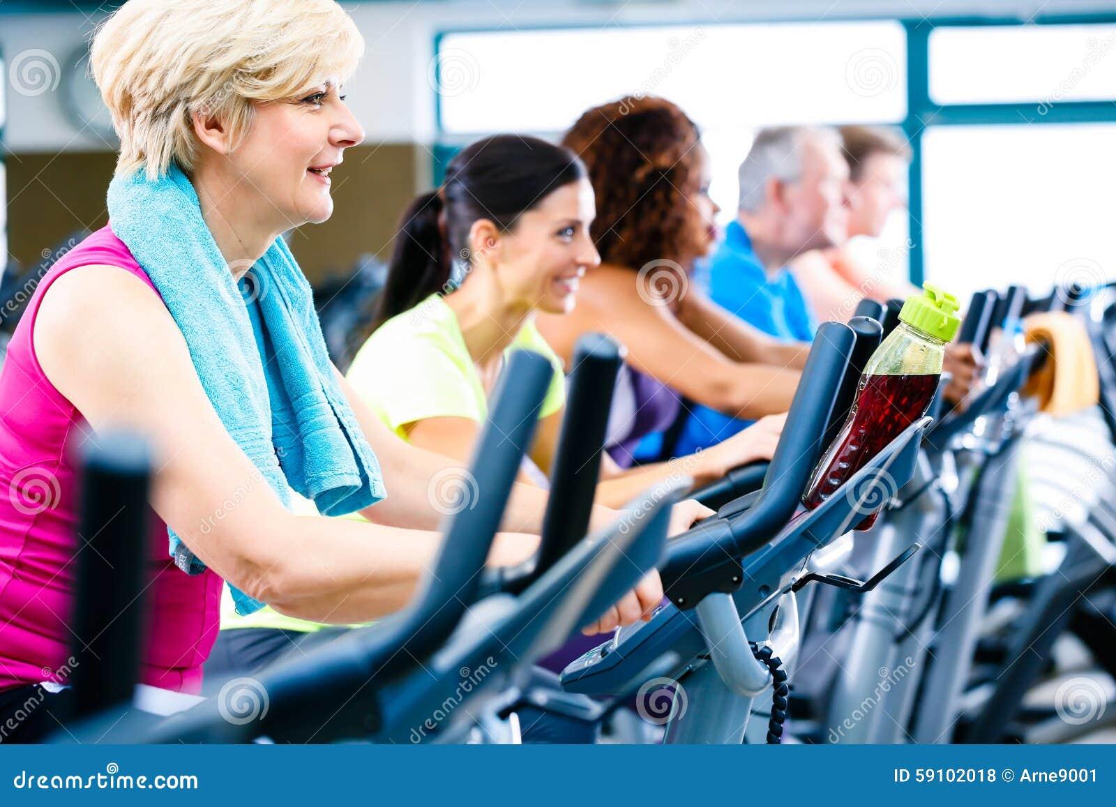 做健身的男人和妇女转动为体育