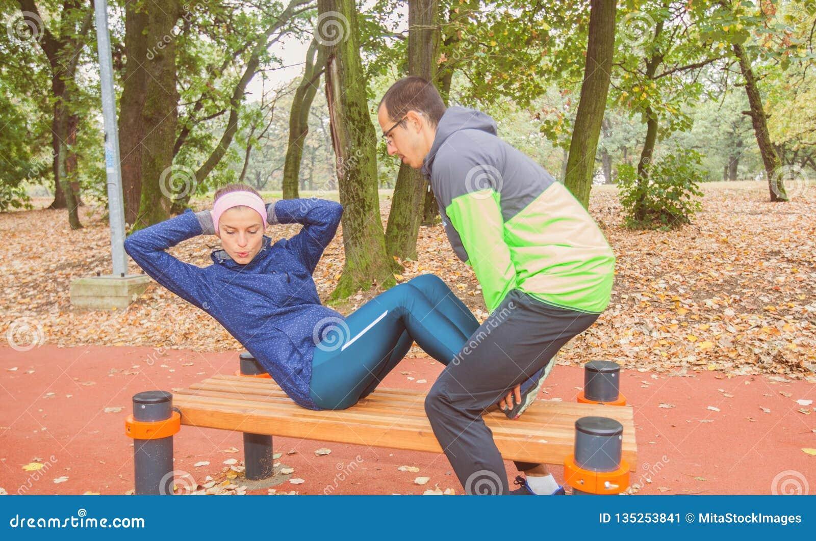 做健身锻炼仰卧起坐室外锻炼的适合年轻女人