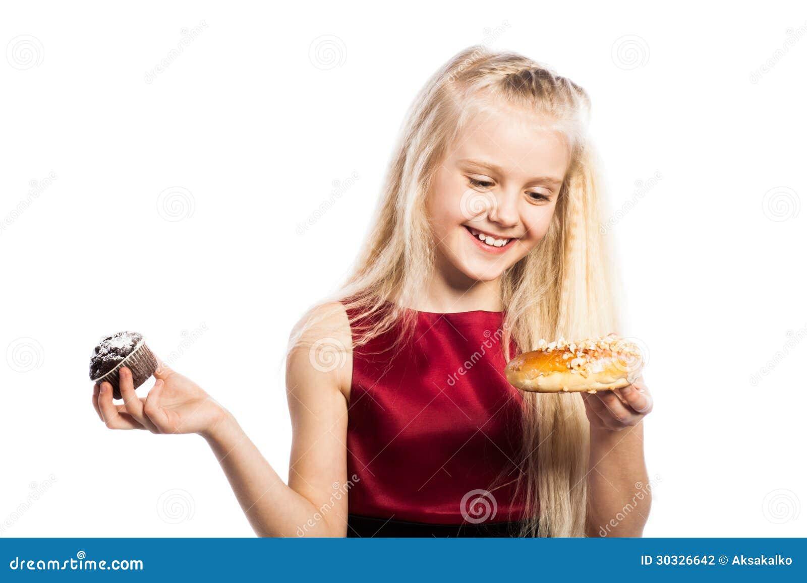做出在两个蛋糕之间的女孩一个选择