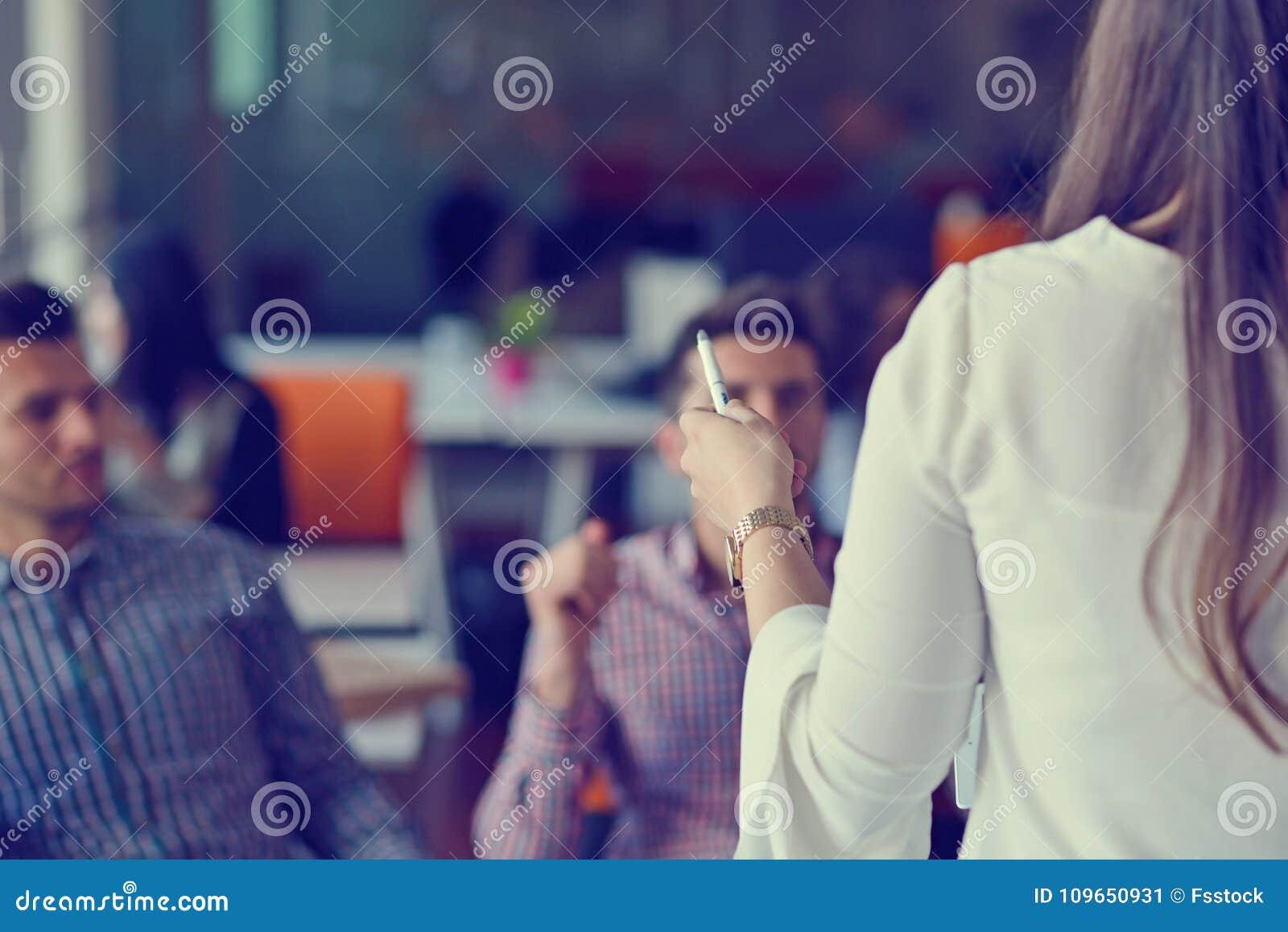 做出巨大商业决策的小组年轻工友 创造性的队讨论公司工作概念现代办公室