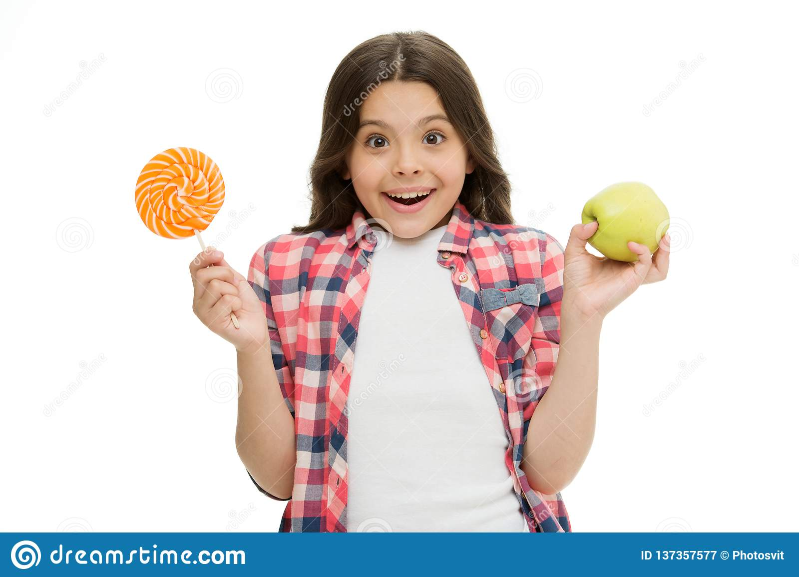 做出正确的选择 能加糖甜口味使我们愉快 女孩拿着甜棒棒糖和苹果 学校午餐选择