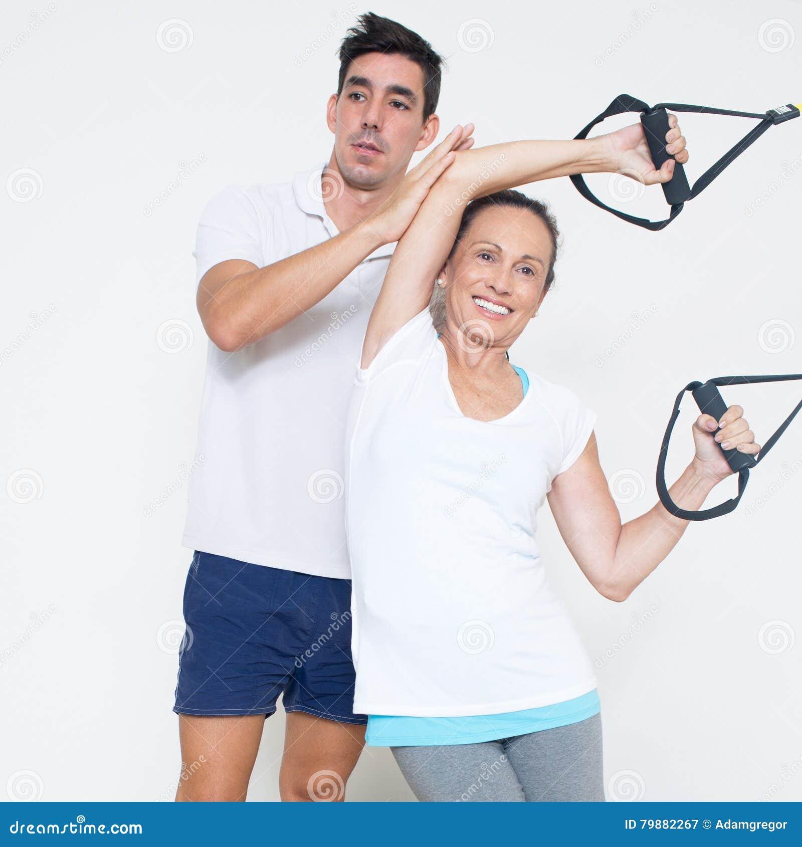 做吊索训练的年长妇女