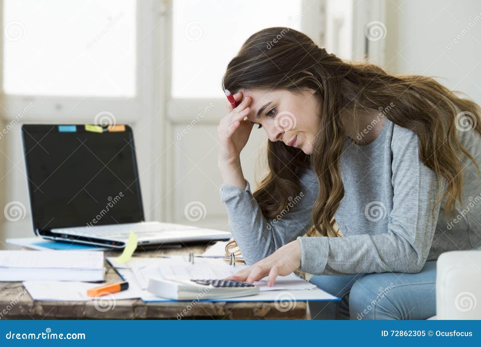 做国内会计文书工作票据和发货票的担心的妇女痛苦重音