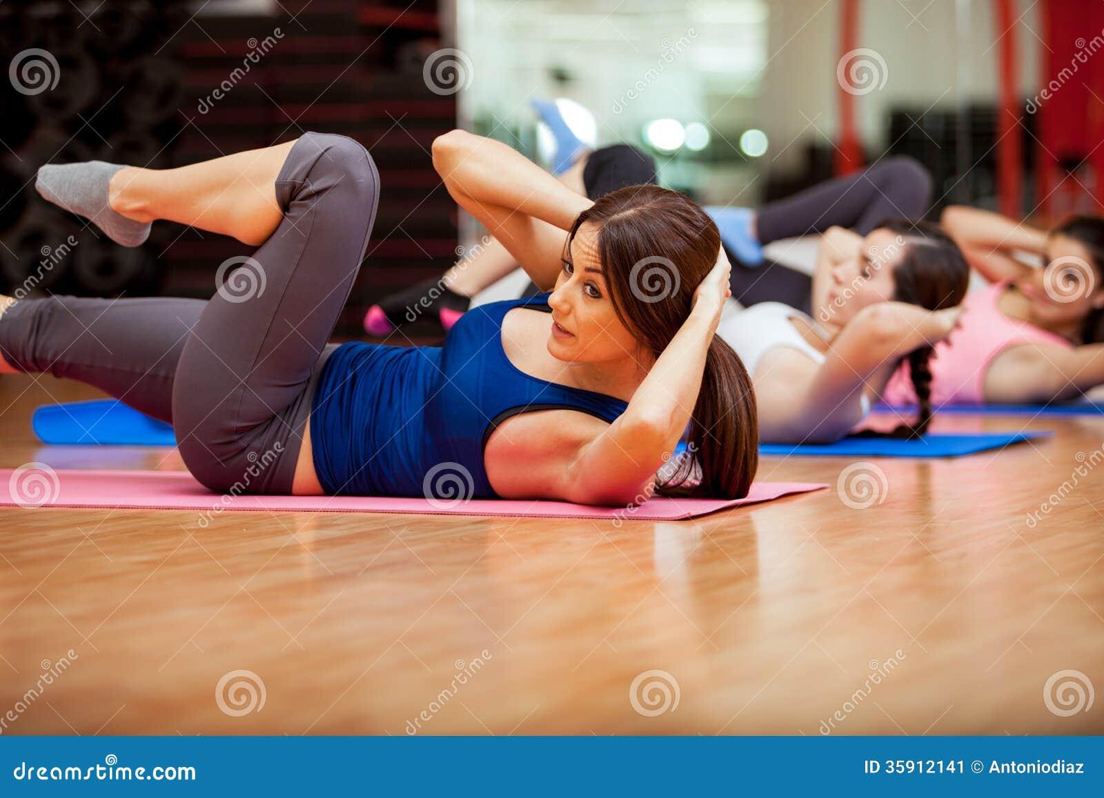 做在健身房类期间的咬嚼