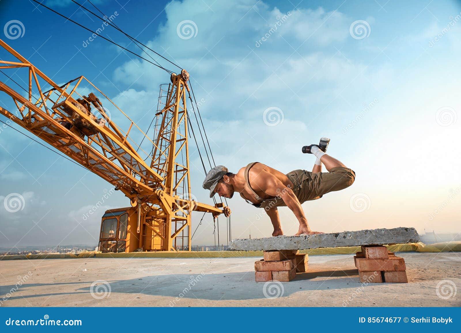 做在手上的运动人锻炼俯卧撑