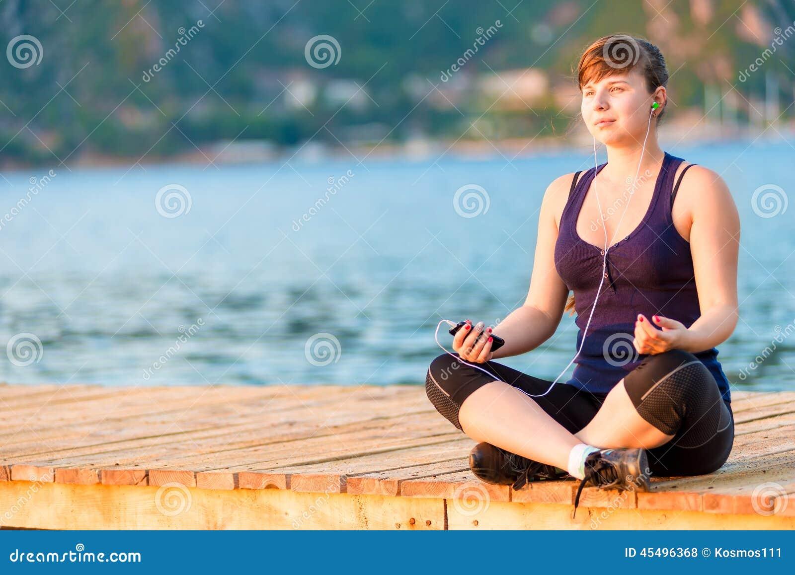做在码头的运动员瑜伽