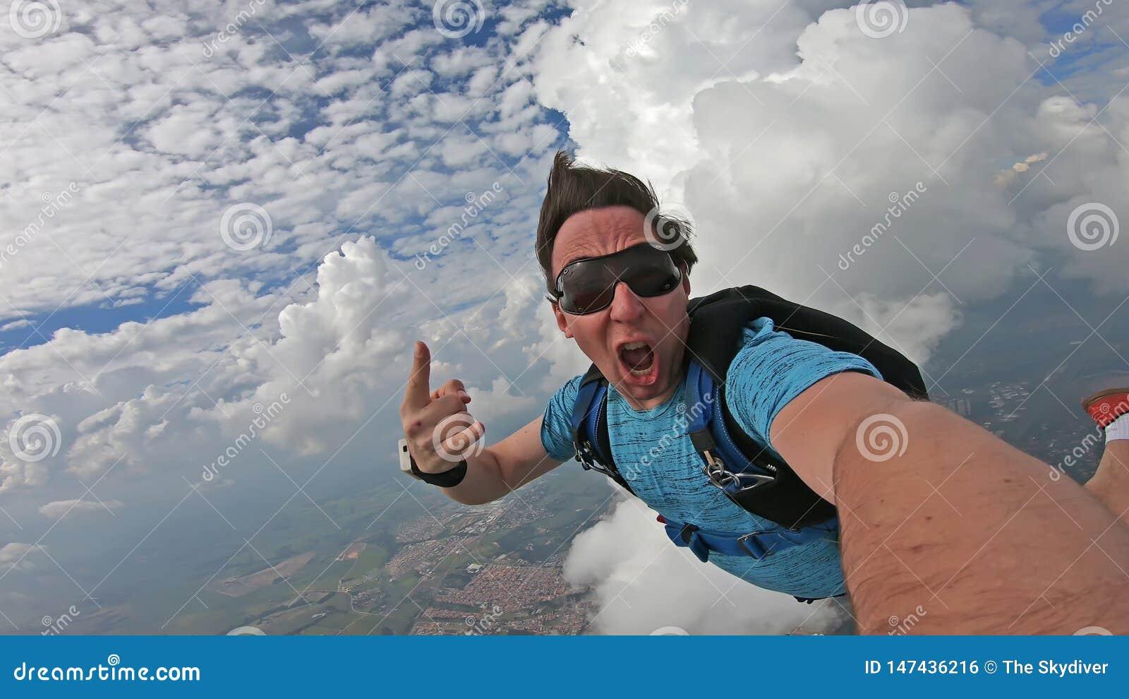 做在美妙的天空的飞将军一selfie