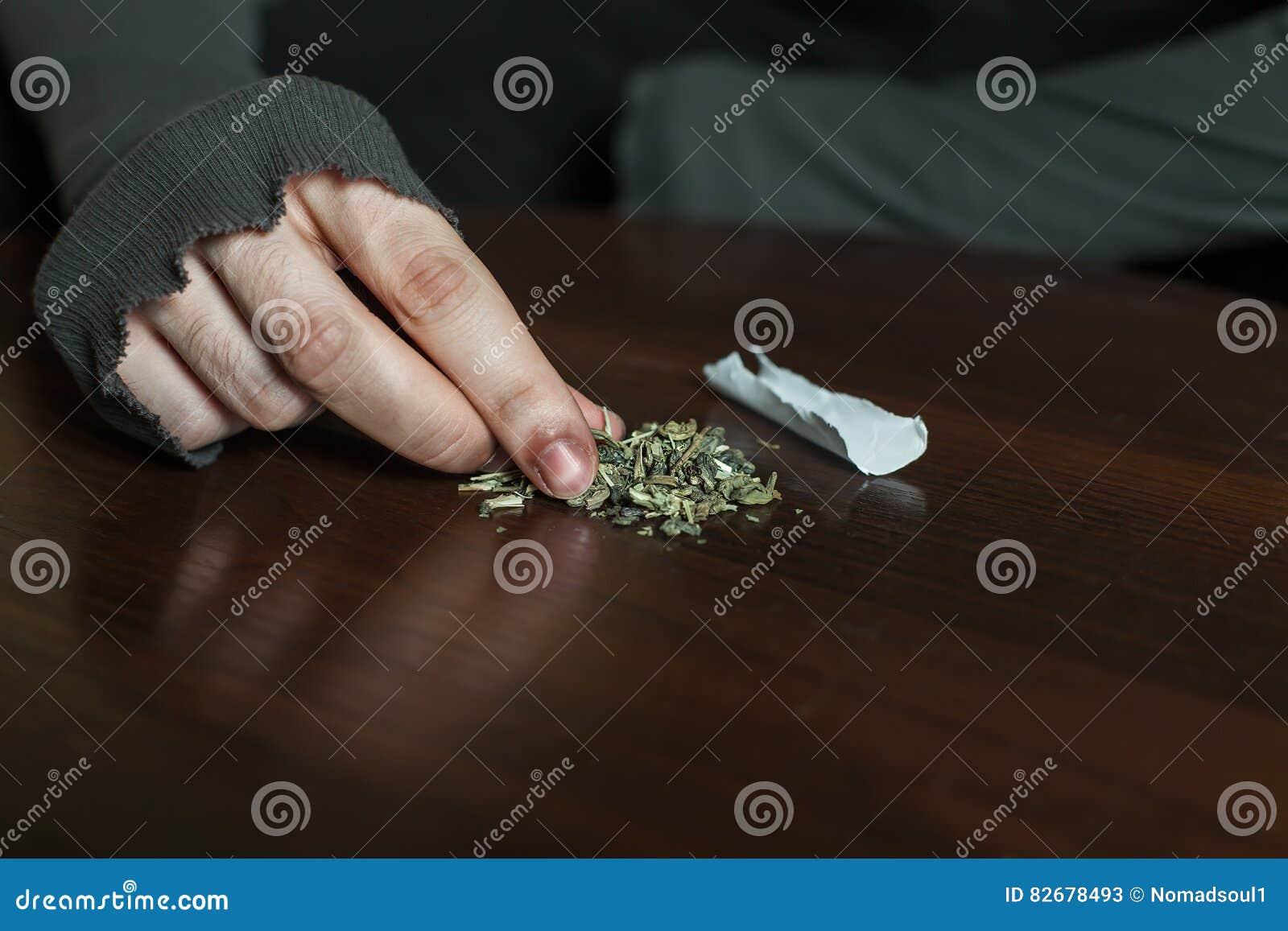 做大麻门特写镜头的上瘾者手