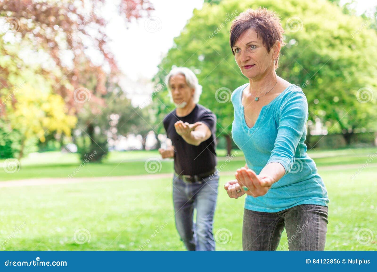 做太极拳的资深夫妇在公园, Tuebingen,德国