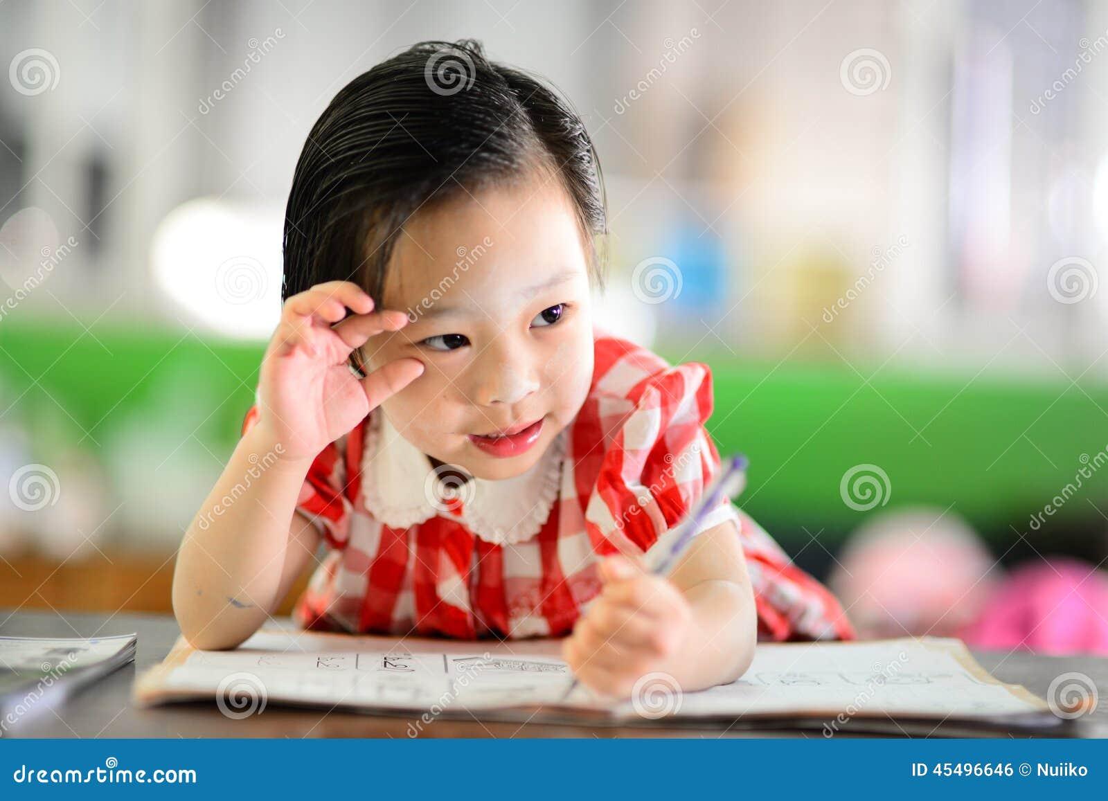 做她的家庭作业的逗人喜爱的亚裔女孩
