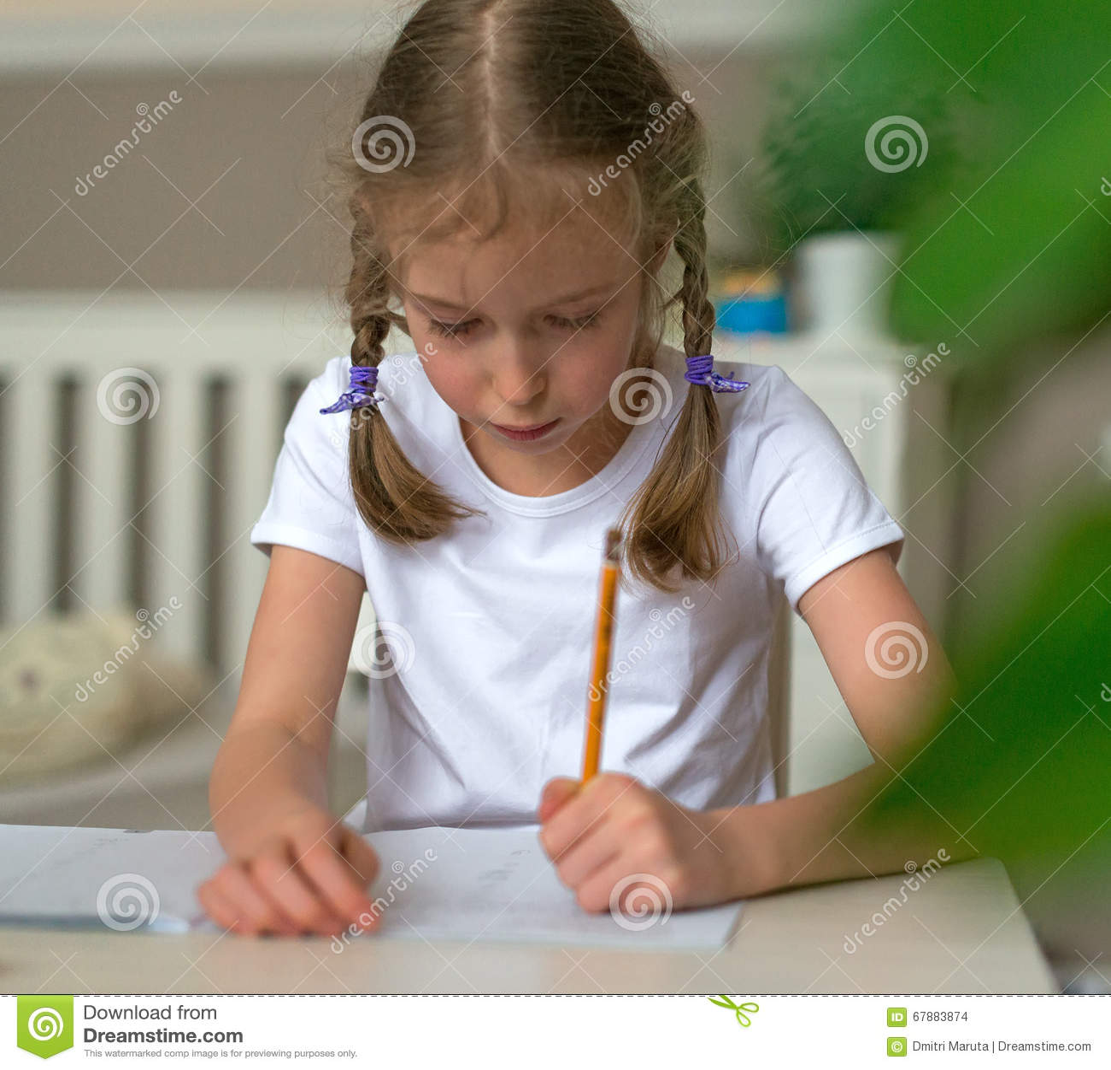 做她的家庭作业的逗人喜爱的小女孩