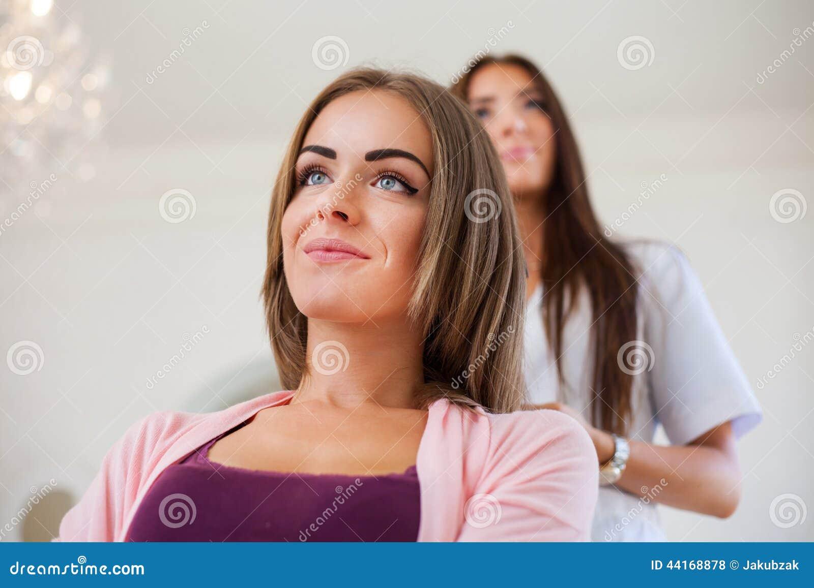 做妇女的美发师理发理发沙龙的 conce图片