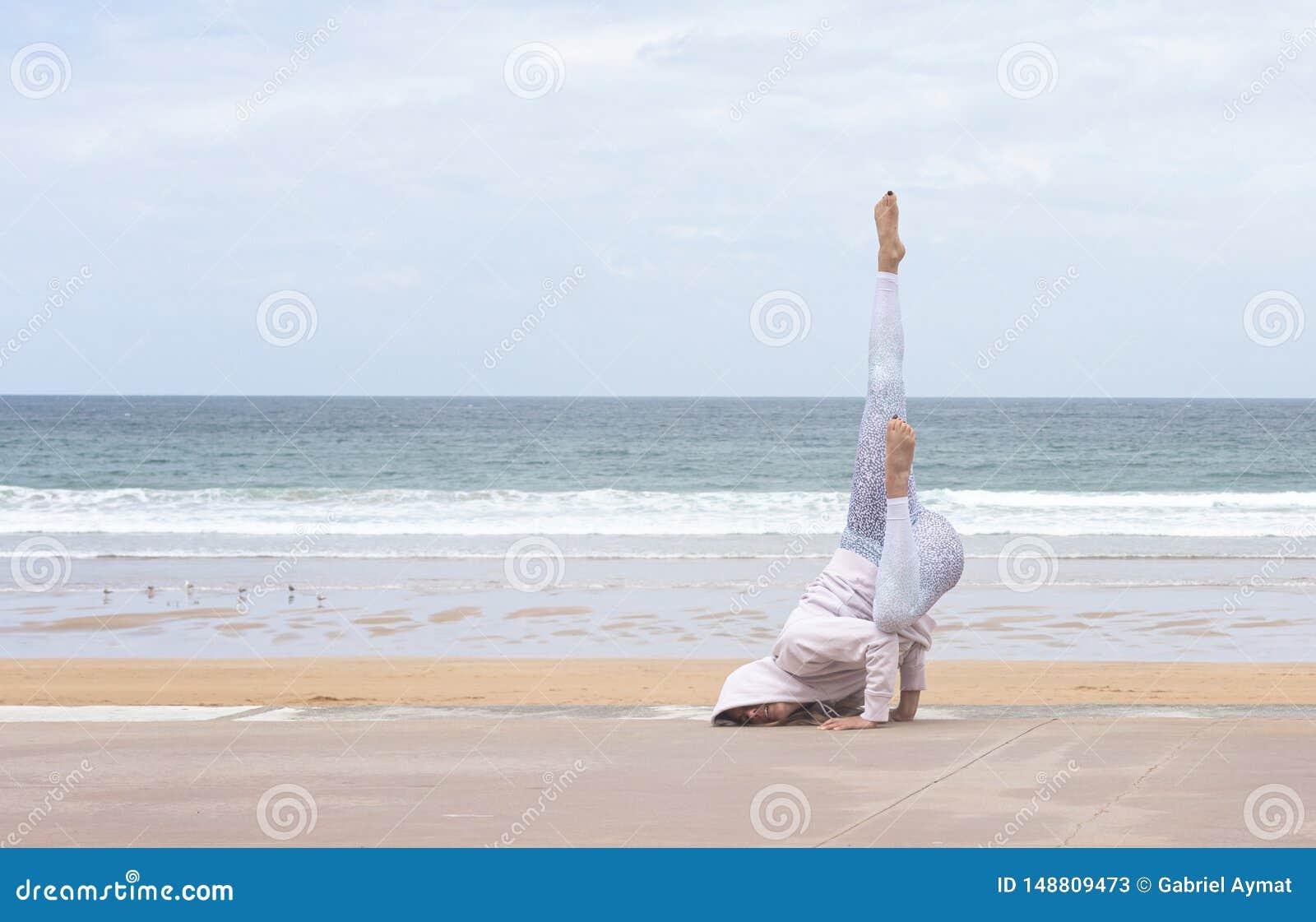 做姿势的妇女信奉瑜伽者