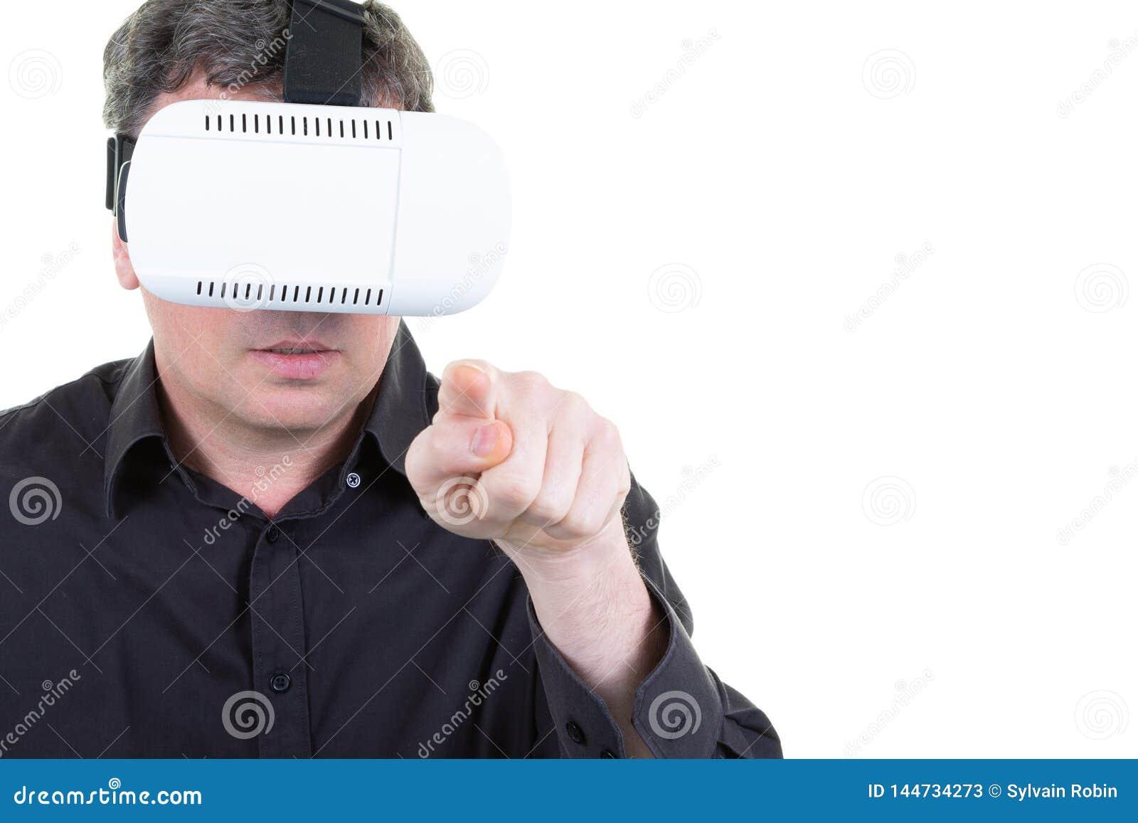 做姿态的人佩带虚拟现实风镜