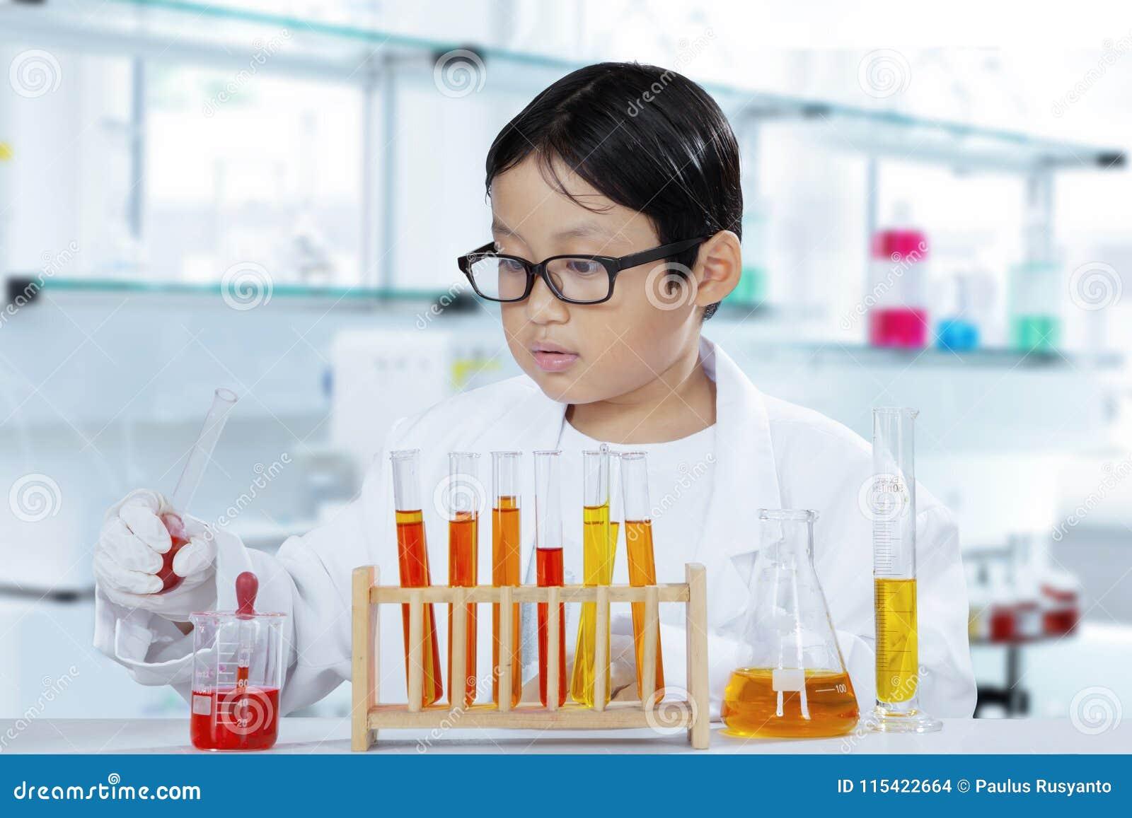 做实验的小男孩在实验室里