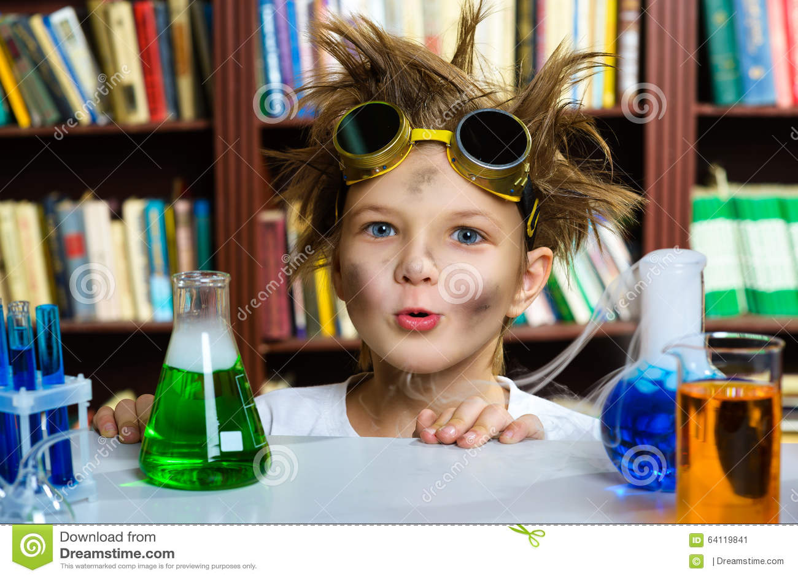 做对化学的逗人喜爱的男孩生化研究