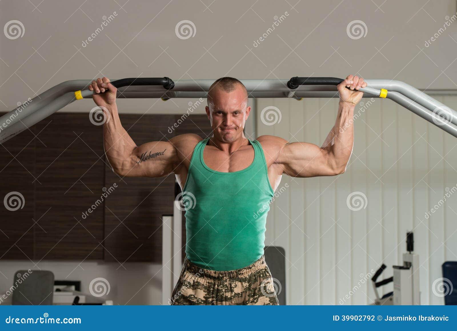 做引体向上最佳的背部锻炼的爱好健美者