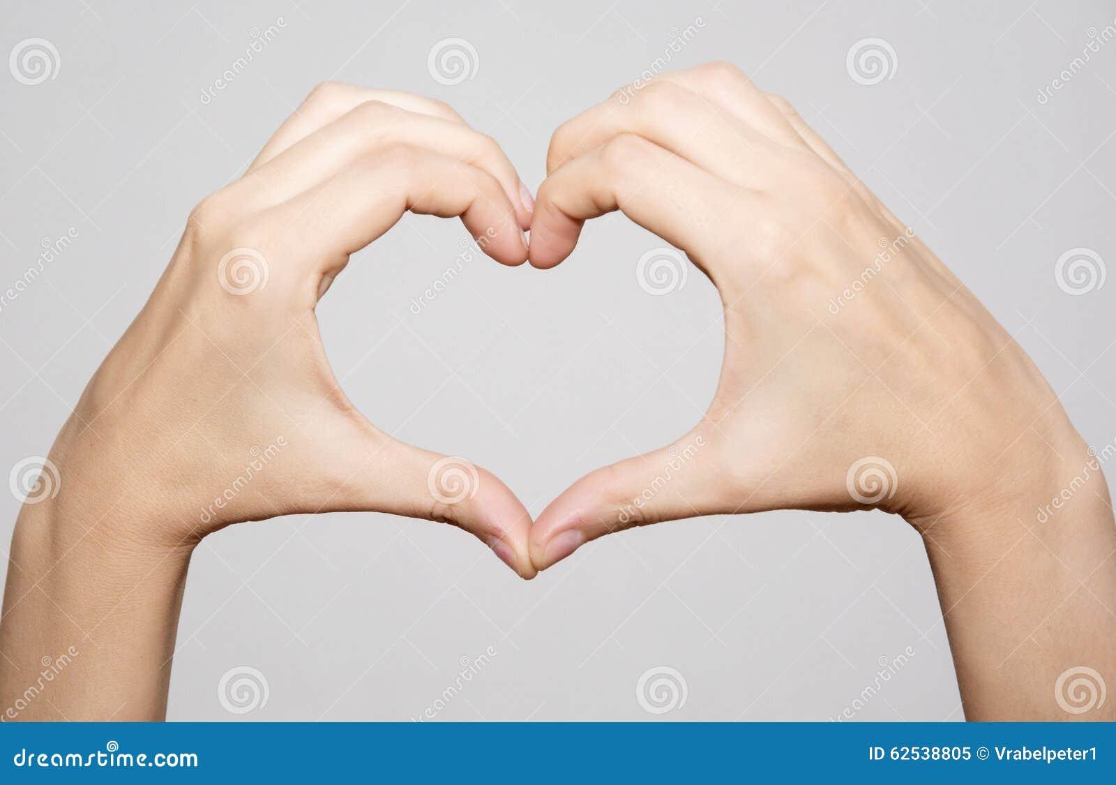 做形状心脏的女性手
