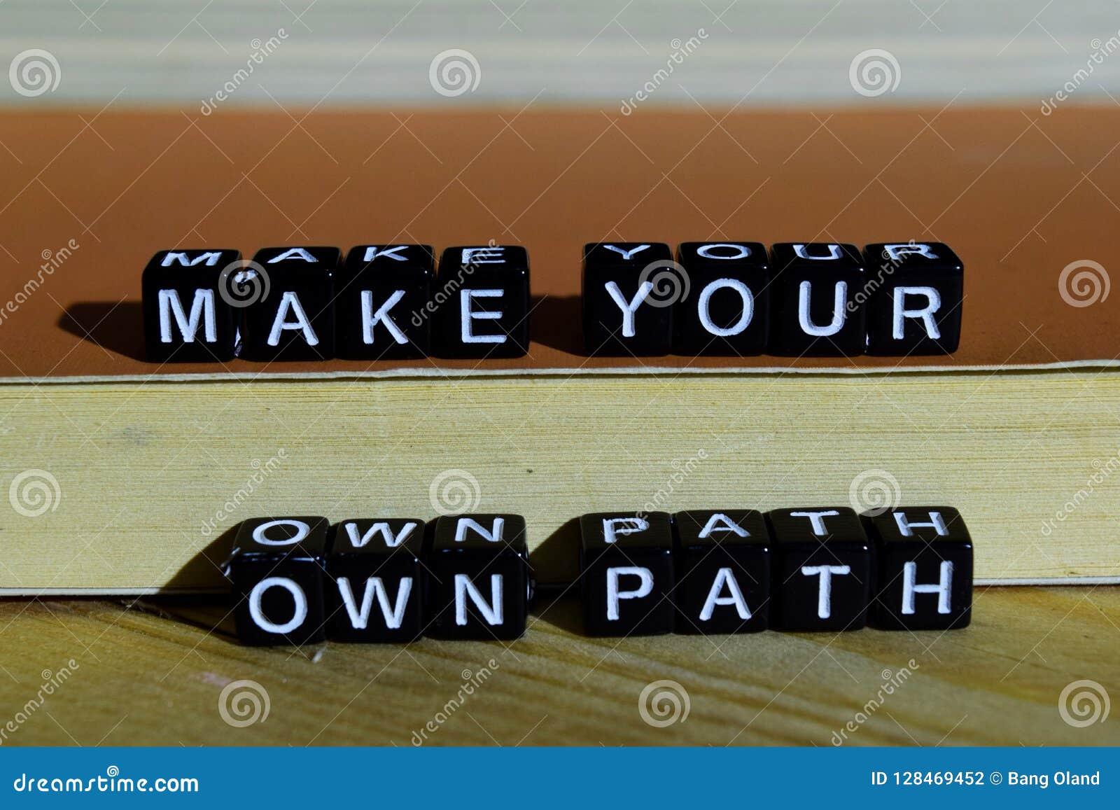 做您自己的道路在木块 刺激和启发概念