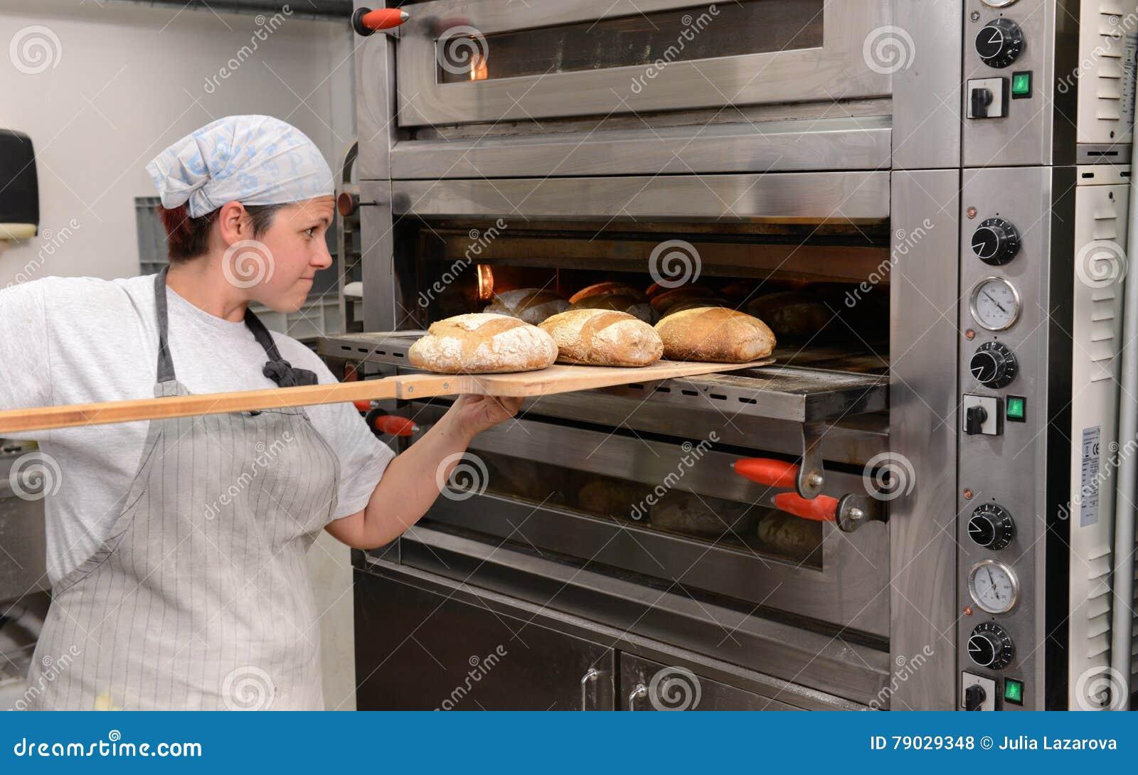 做手工制造面包的面包师在塑造面团的家庭面包店在tradional在索非亚, 9月的保加利亚塑造