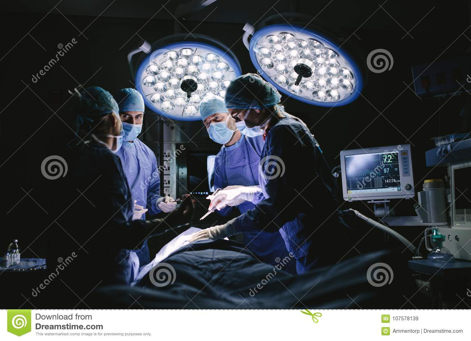 做手术的医疗队在医院