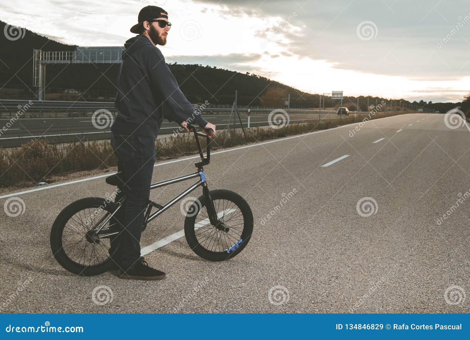 做把戏的BMX车手 有bmx自行车的年轻人 极其体育运动