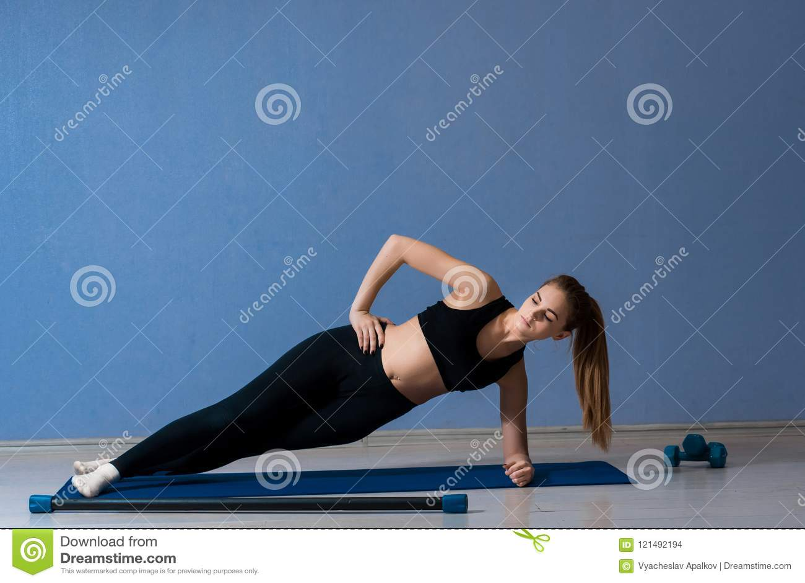 做旁边板条的黑上面和绑腿的女孩