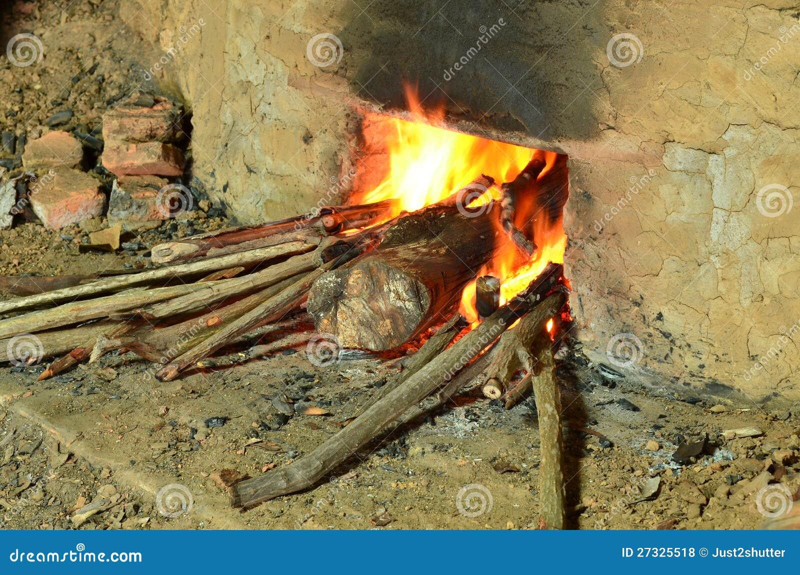 做木炭的灼烧的木头