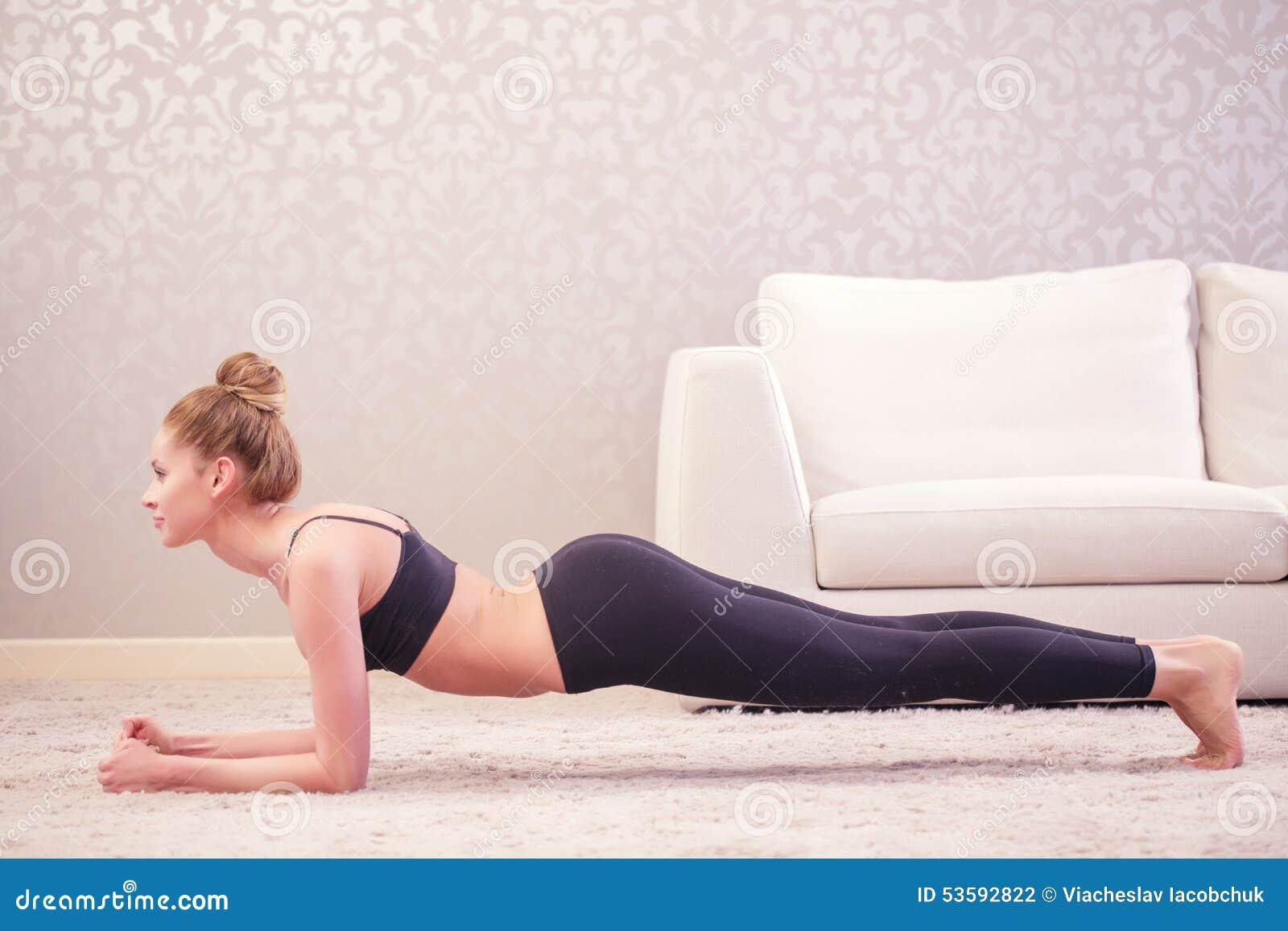 做板条锻炼的夫人