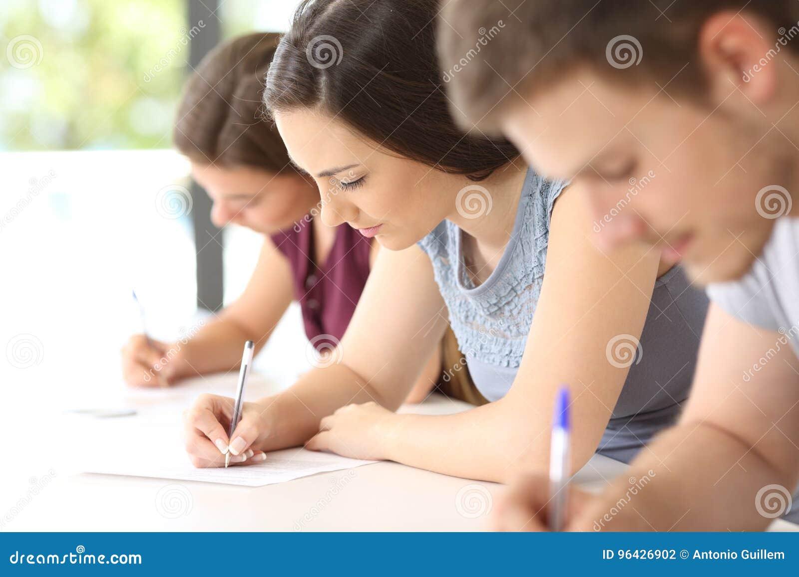 做检查的学生在教室